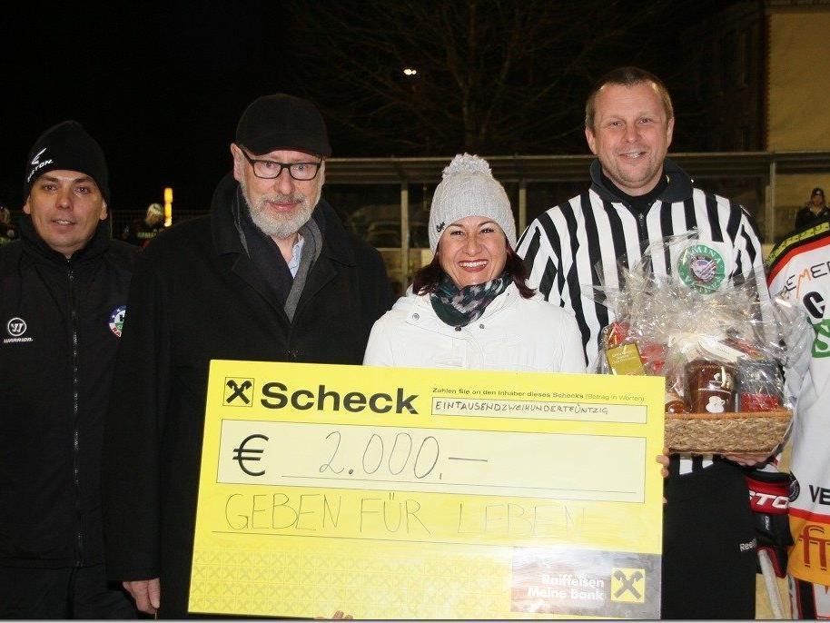 VEU Feldkirch und HC Samina Rankweil sowie Mitarbeiter von Samina spenden 2000 Euro für Geben für Leben