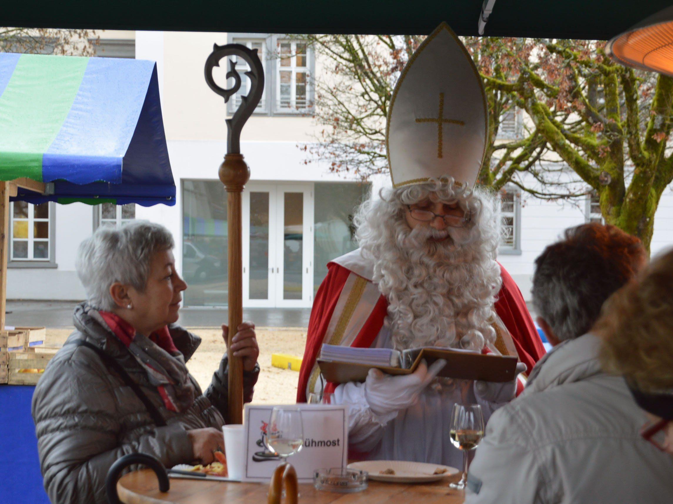 Auch die Erwachsenen hatten viel Freude am Besuch vom Nikolaus.