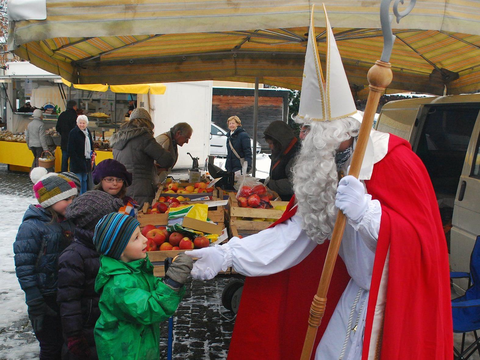 Wenn der Nikolaus den Rankler Wochenmarkt besucht, beginnen Kinderaugen zu leuchten.