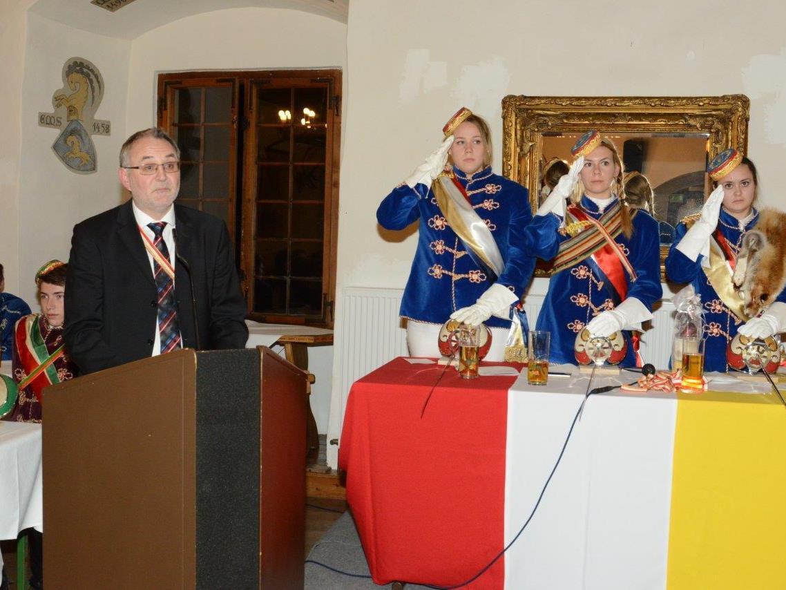 Festredner Rainer Gögele mit dem Kommerspräsidium Stefanie van Dellen, Sophia Grassl und Corina Längle