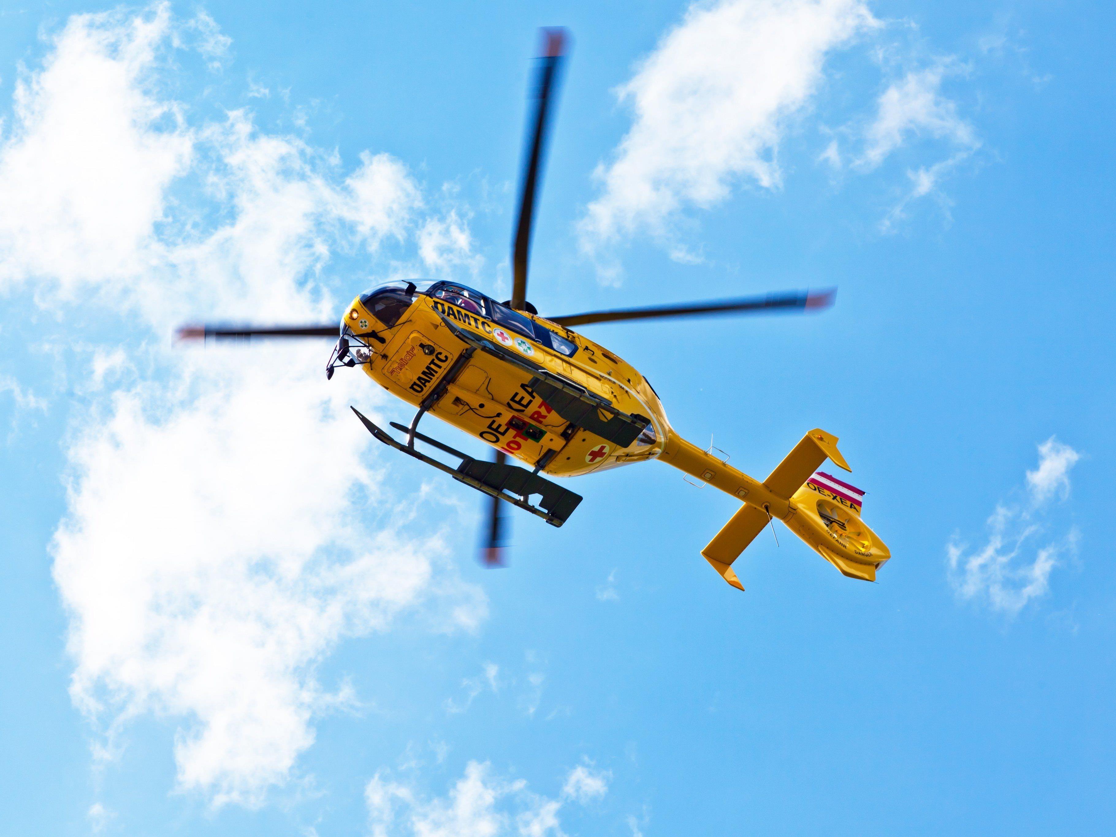 Der C8 flog den schwer verletzten Mann ins LKH.
