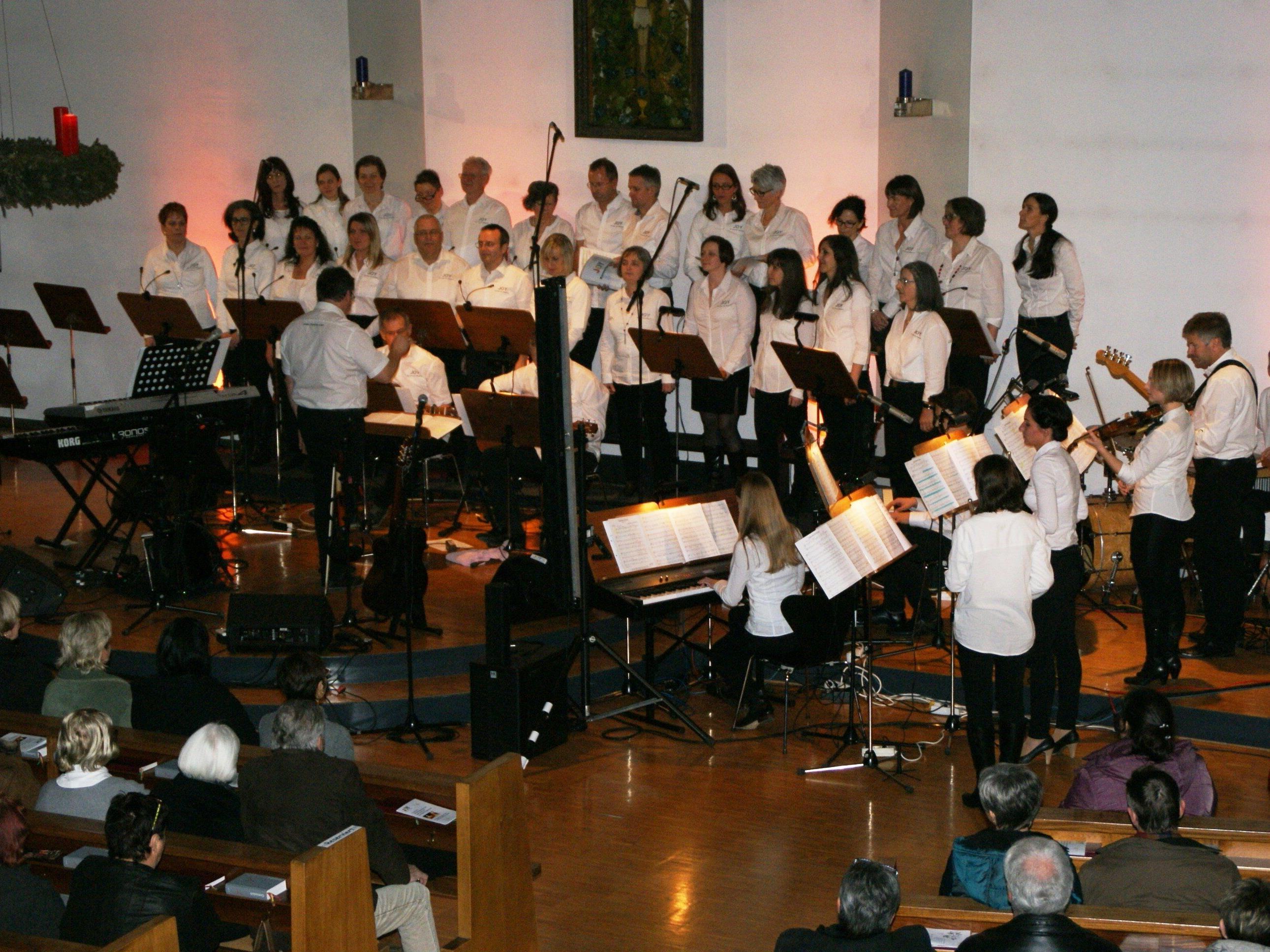Chor Joy und Kathy Kelly sangen in der Pfarrkirche Altach.