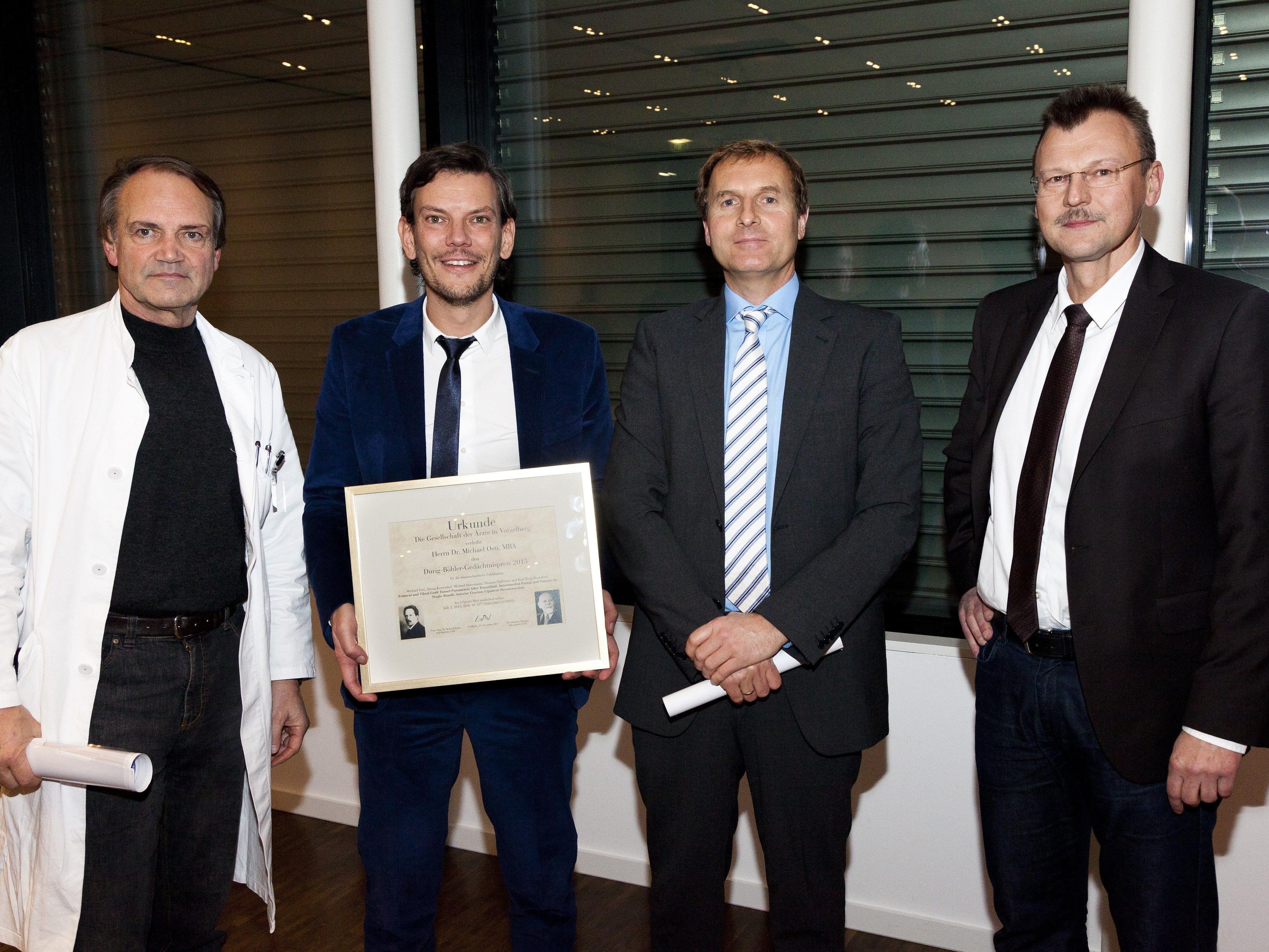 Der Durig-Böhler-Gedächtnispreis 2015 erging an OA Dr. Michael Osti, Unfallchirurgie LKH Feldkirch, als Auszeichnung für die beste international veröffentlichte Publikation aus Vorarlberg. (v.l. Prim. Prof. Dr. K.-P. Benedetto, OA Dr. M. Osti, GÄV-Präsident Prim. Mag. Dr. R. Bauer und KHBG-GF Prim. Dr. P. Fraunberger).