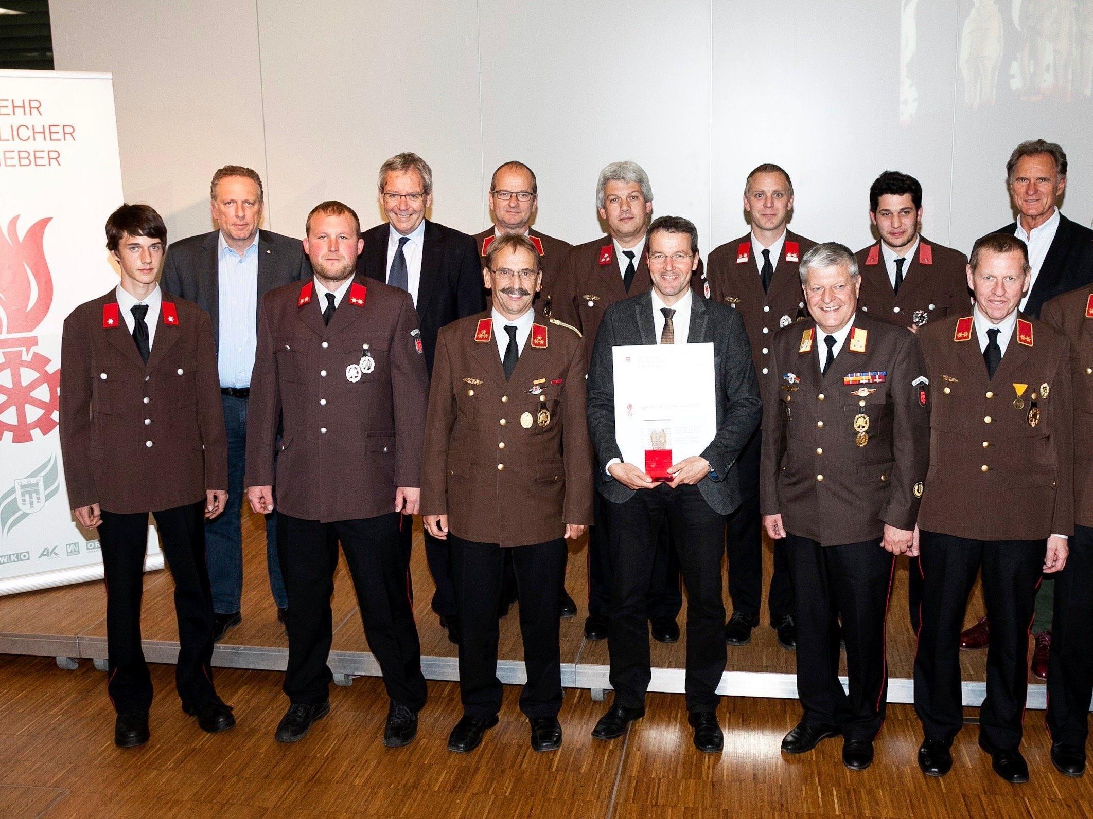 Die E-Werke wurden im Rahmen eines Festaktes vom Landesfeuerwehrverband für ihr Engagement bei der Feuerwehr ausgezeichnet.
