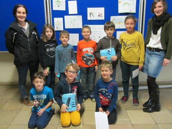 Die Gewinner des Ideenwettbewerbs mit Manuela Fink und Karin Meusburger vom Elternverein.