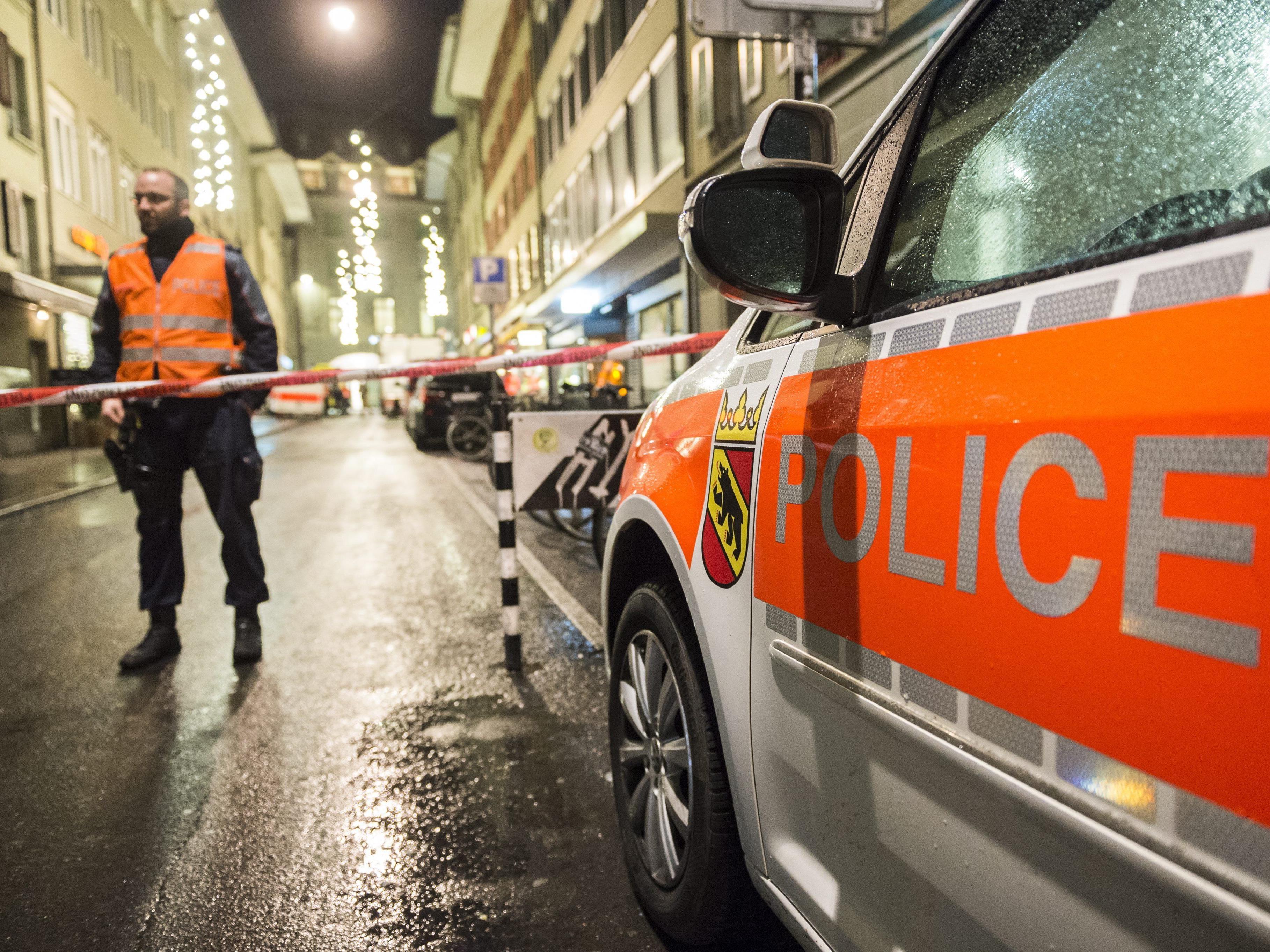 Die Schweizer Polizei sucht vier Verdächtige nach den Attacken in Paris.