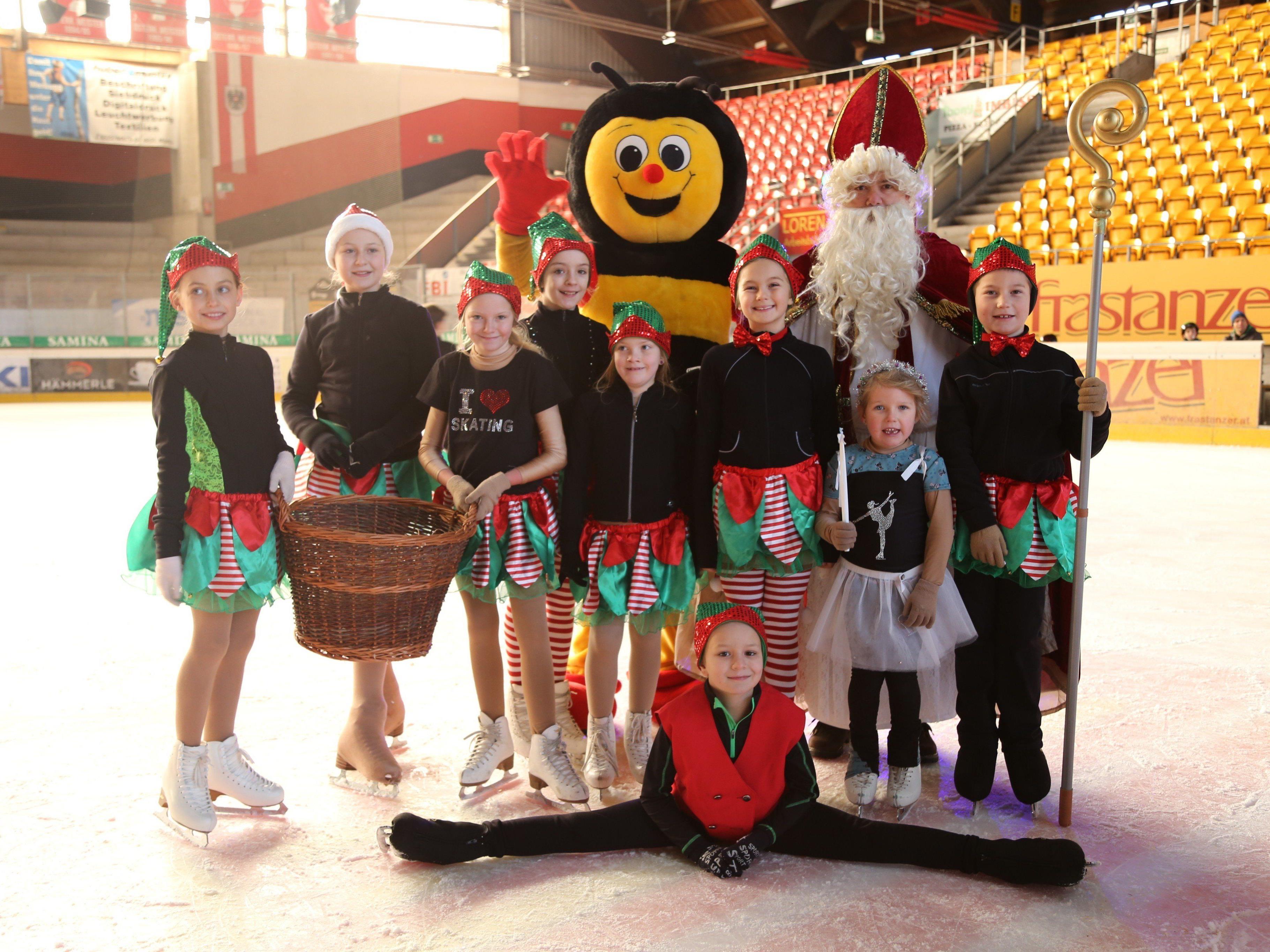 """Nikolaus kam mit seinen grünen Helfern und """"Sumsi"""" in die Eishalle."""