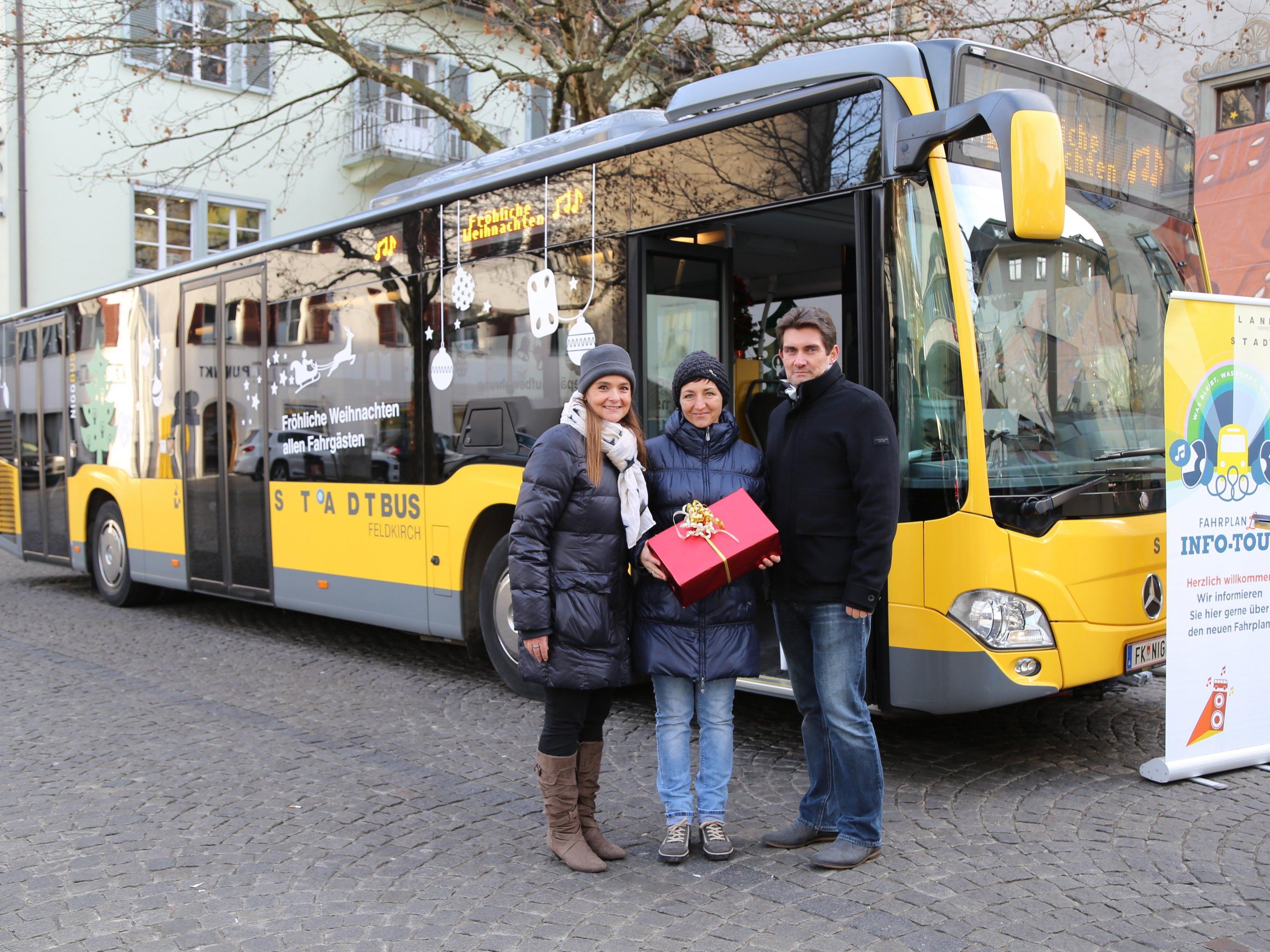 Alexandra Lins, Nina Kräutler-Ferrari und Harald Gorbach vor dem Weihnachtsbus.
