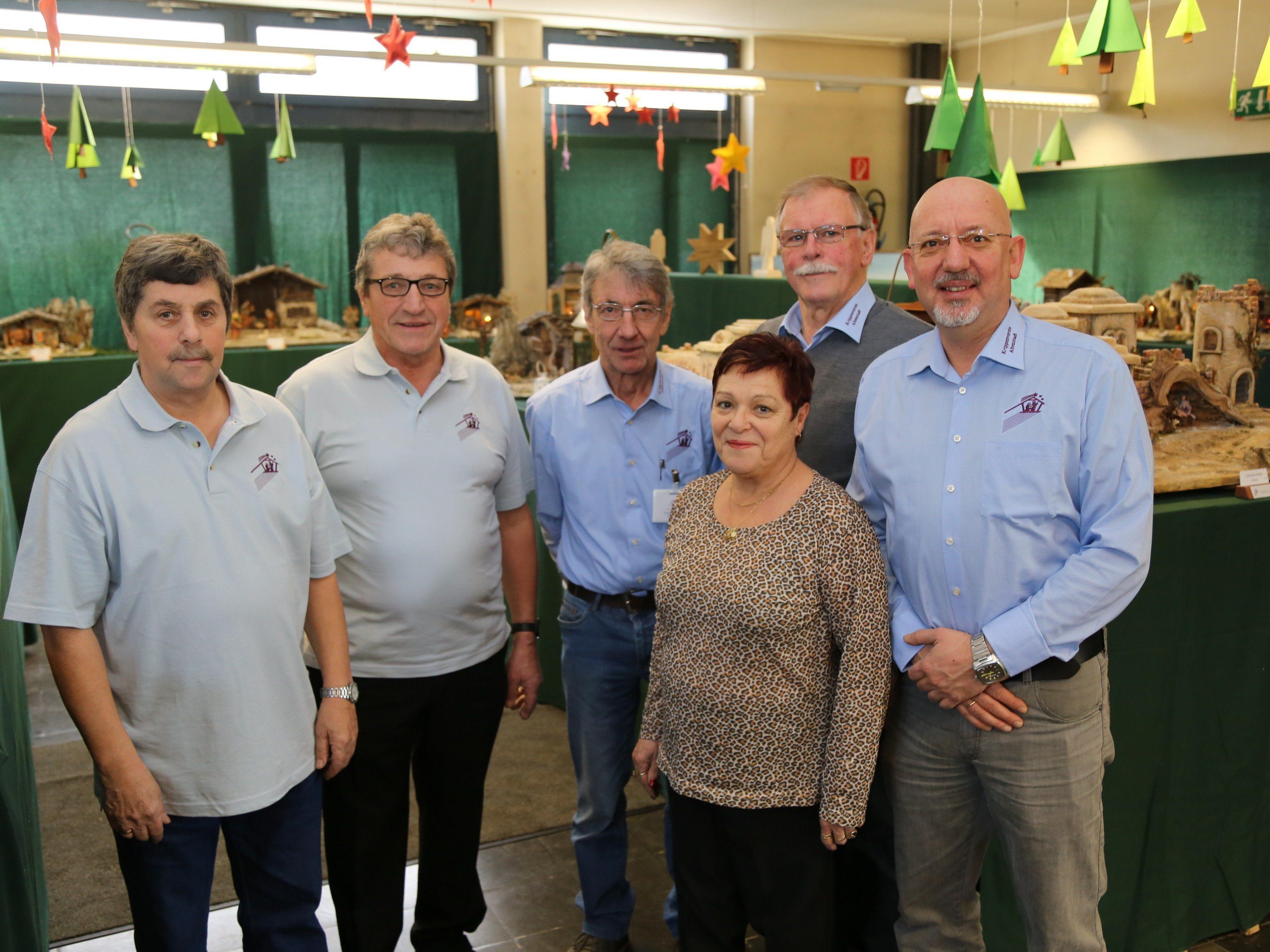 Die Mitglieder präsentieren stolz die zahlreichen Krippen in der Volksschule Altenstadt.