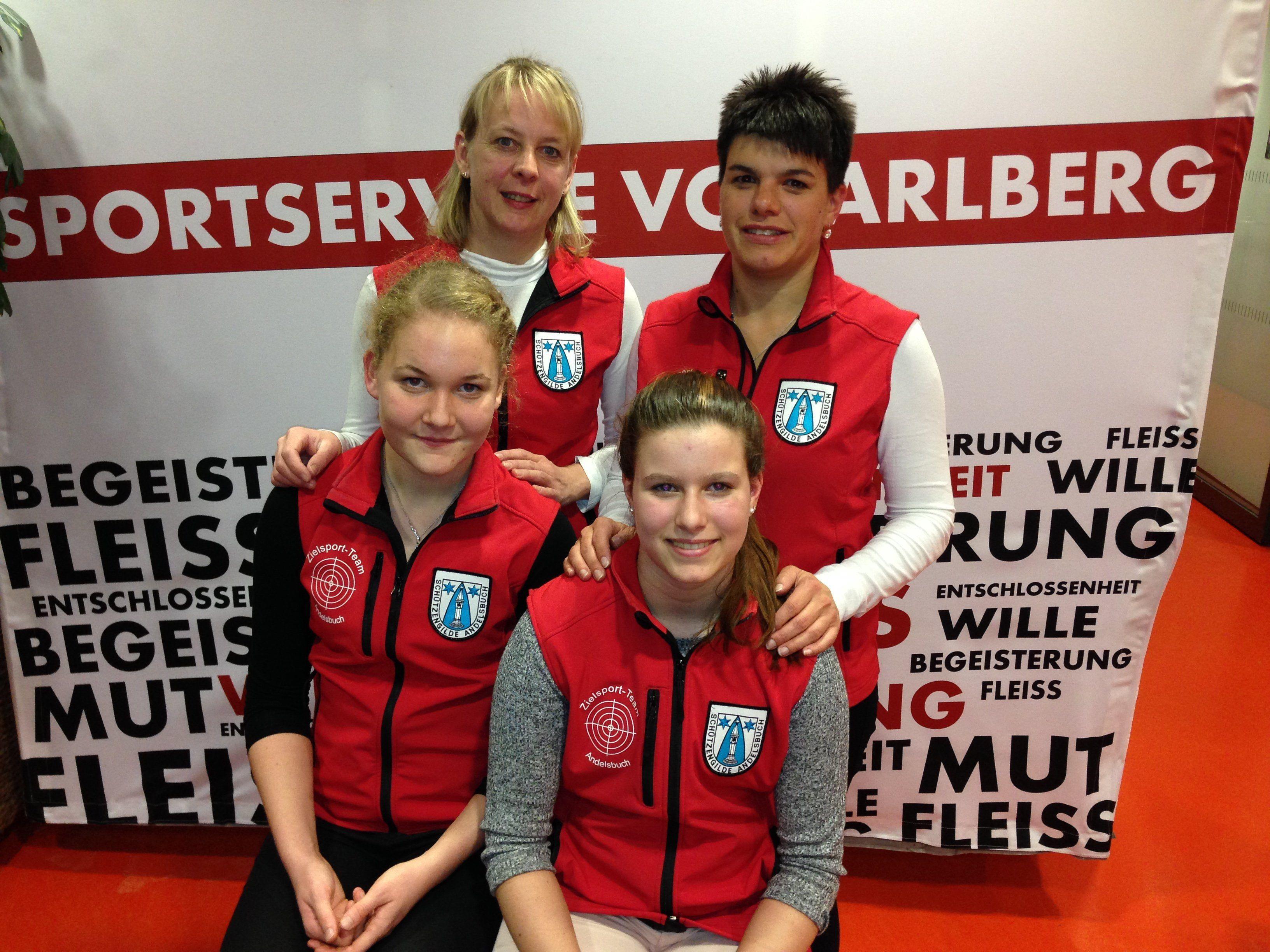 Bild vorne Bianca Egender links, Julia Oberholzer rechts; hinten links Waltraud Metzler, rechts Katja Rüscher