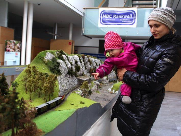 Klein Felipa mit Mama Belinda waren begeistert von der großen Modelleisenbahn-Anlage in Feldkirch.