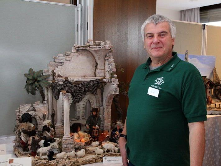 Krippenbaumeister und Kursleiter René Meier half wieder vielen Mitgliedern bei der Verwirklichung ihrer Traumkrippen.