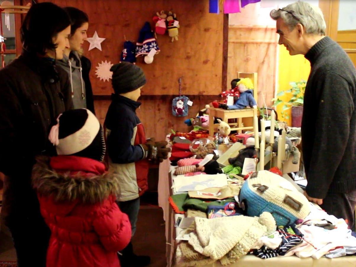 Groß und Klein stöberten im Adventsbasar nach passenden Geschenken