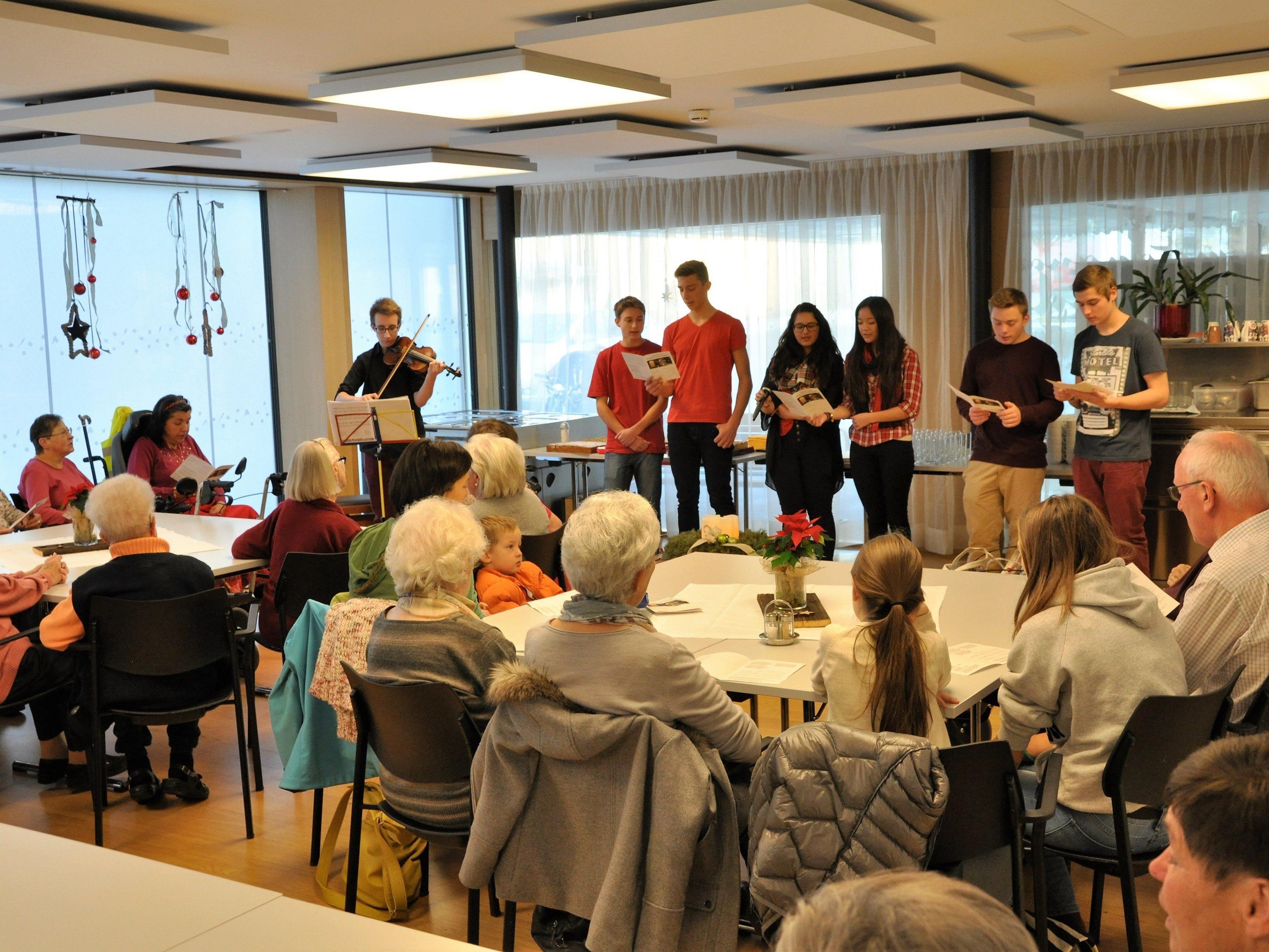 Die Firmlinge organisierten einen Adventsnachmittag im Haus Klosterreben zu Gunsten Bischof Erwin Kräutler