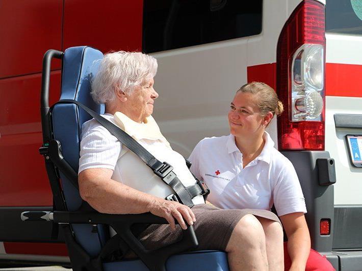Rotkreuz-Mitarbeiterin Janine Huber geht mit viel Einfühlungsvermögen auf die Patientin ein.
