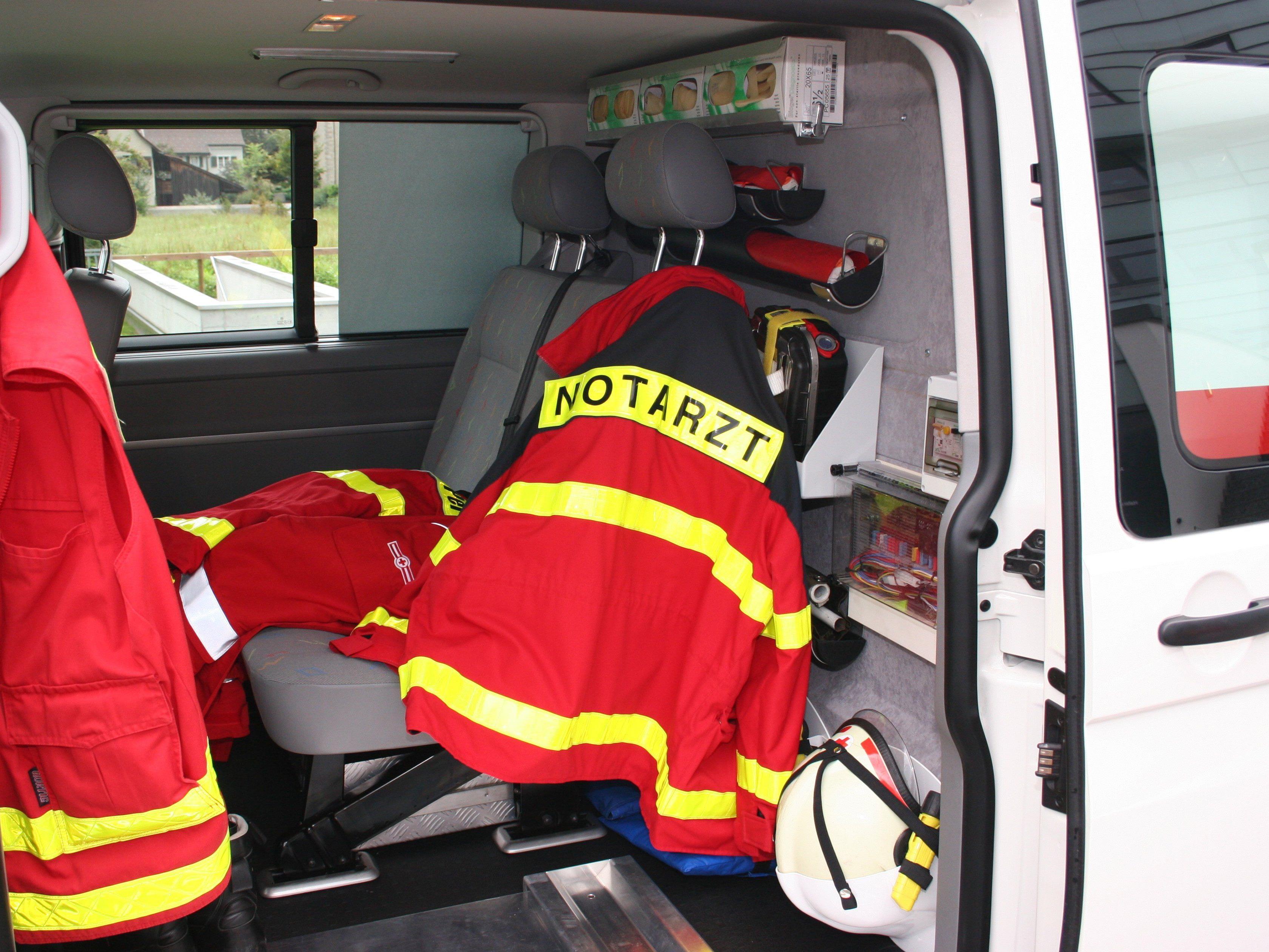Der Notarzt versorgte den Mann, der sich selbst aus dem Unfallauto befreit hatte.
