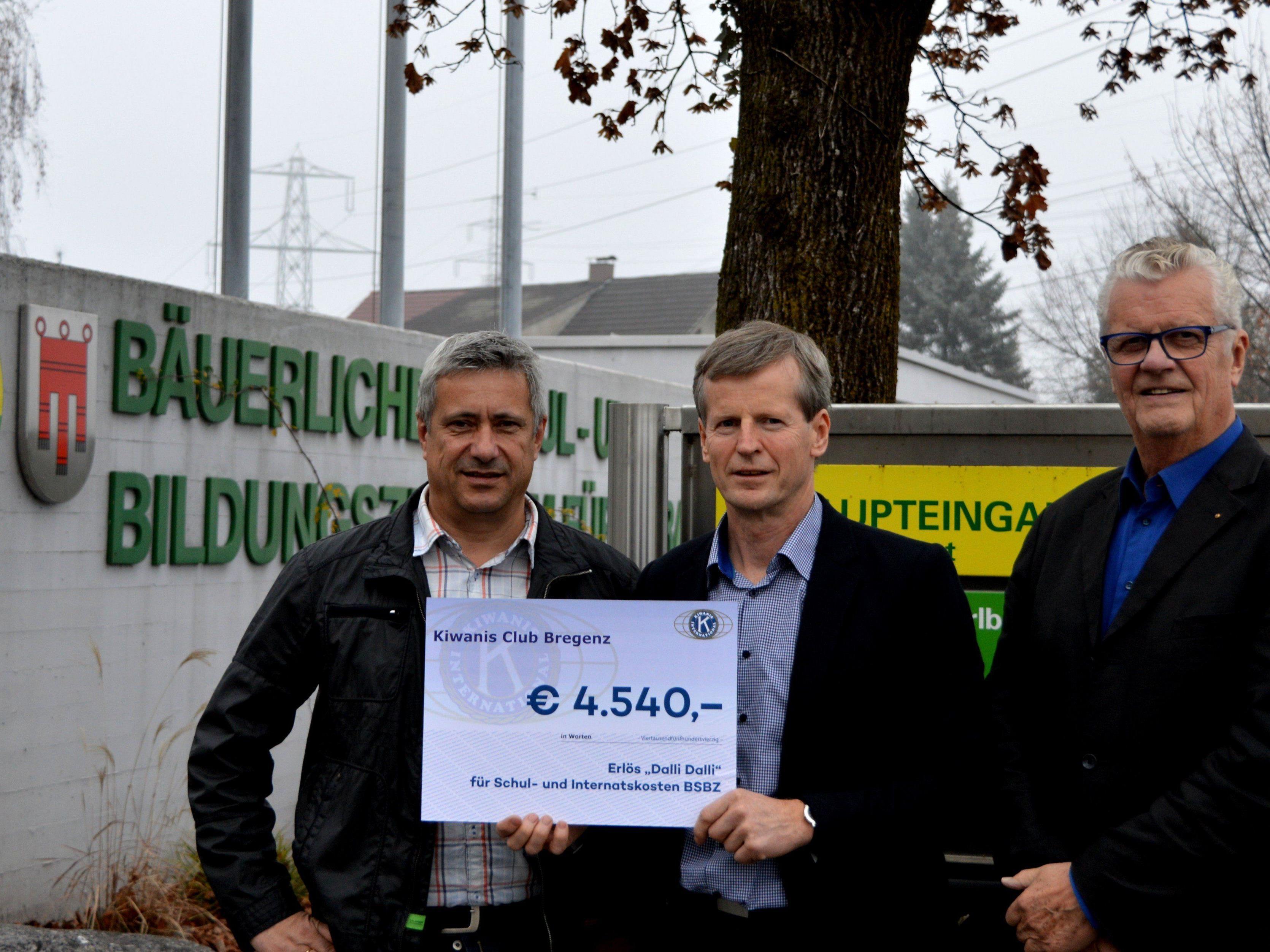 Im Bild v.l.n.r. Kiwanis Präsident Thomas Koch, BSBZ-Dir. Markus Schwärzler und Sozialdirektor Manfred Allmaier