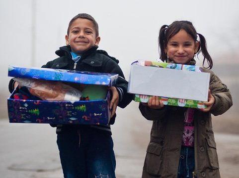Die Kinder freuen sich sehr über die Pakete.