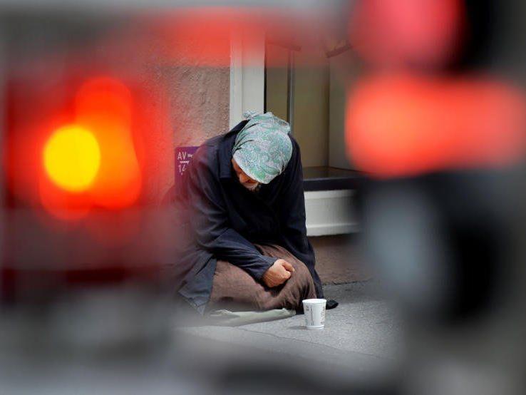Eine Bettlerin ist auf der Straße auf Passanten zugegangen.