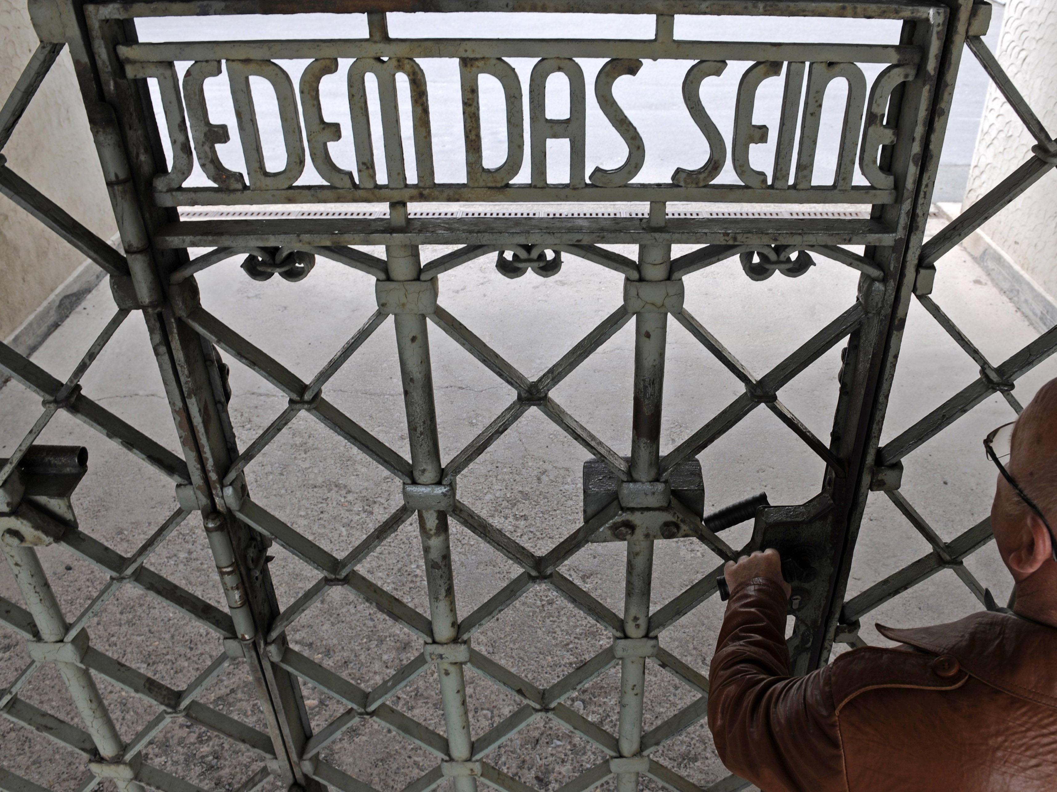 """Tattoo mit Schrift """"Jedem das Seine"""" - NPD-Mann vor Gericht. Im Bild: das Haupttor des KZ Buchenwald."""
