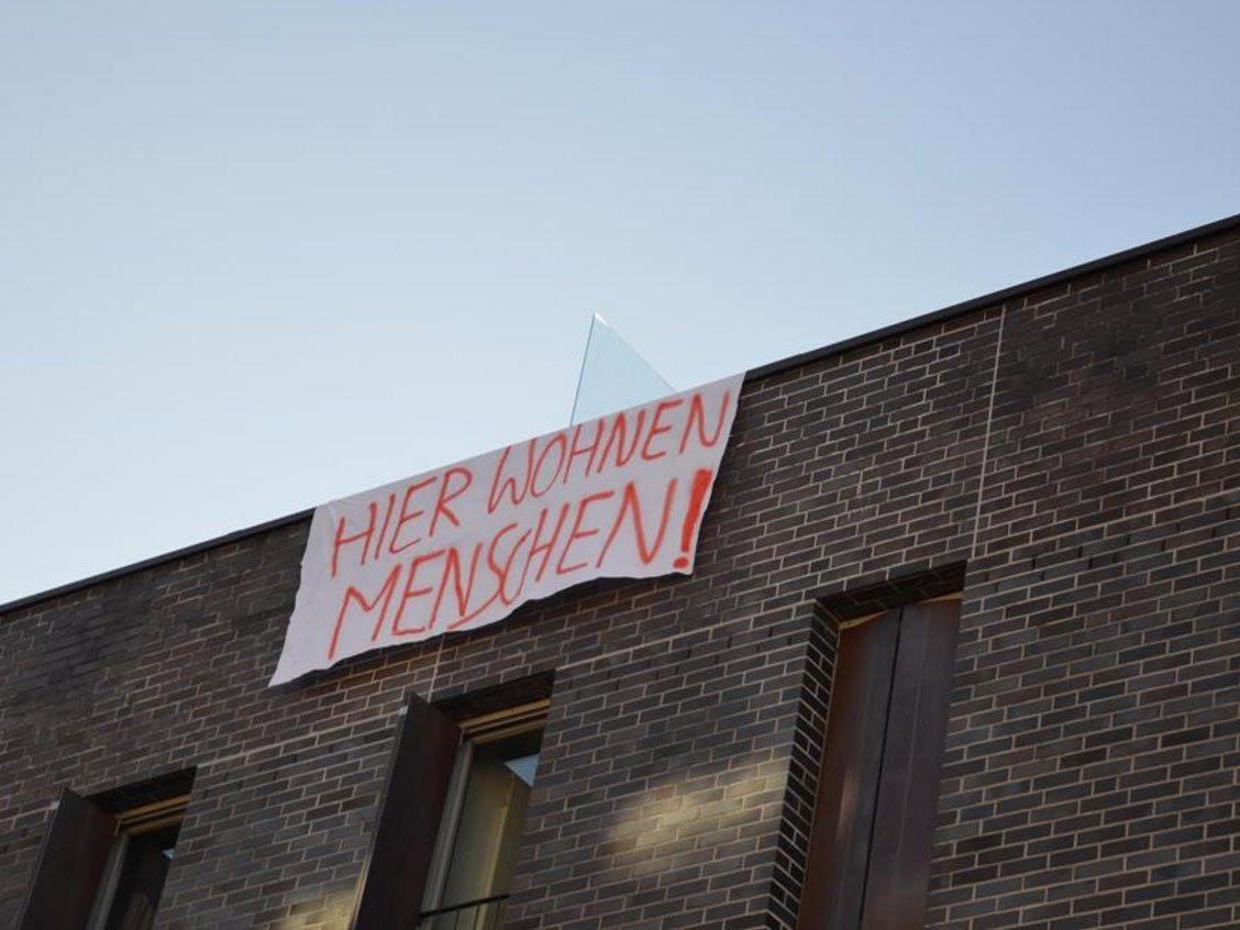 Protest gegen Fußgängerzone: Banner und Plakate in der Dornbirner Mozartstraße.