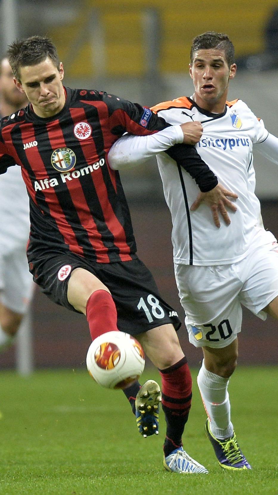 Eintracht-Spieler Johannes Flum (l.) zog sich im Training eine schwere Knieverletzung zu. (Archivbild)