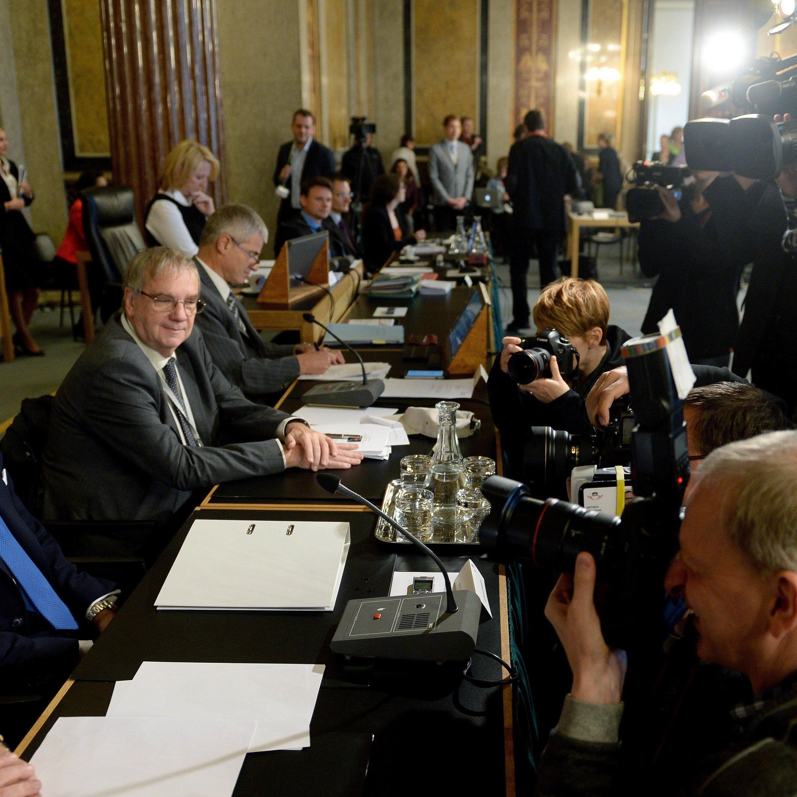 Offenbar bestens vorbereitet: Der als Zeuge geladene Ex-Finanzminister Karl-Heinz Grasser vor dem Hypo-U-Ausschuss.