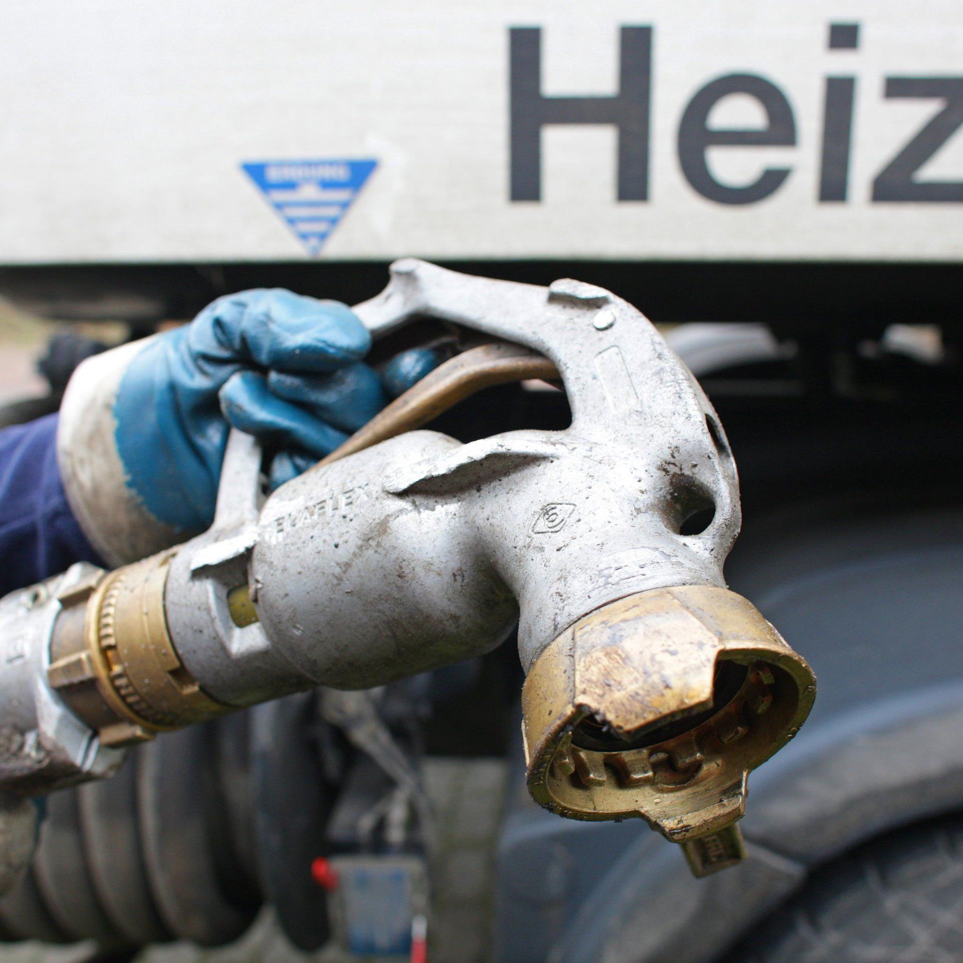 Einige Akteure auf dem Öl-Weltmarkt profitieren von diesem Verfall - andere stellt er vor große Probleme.