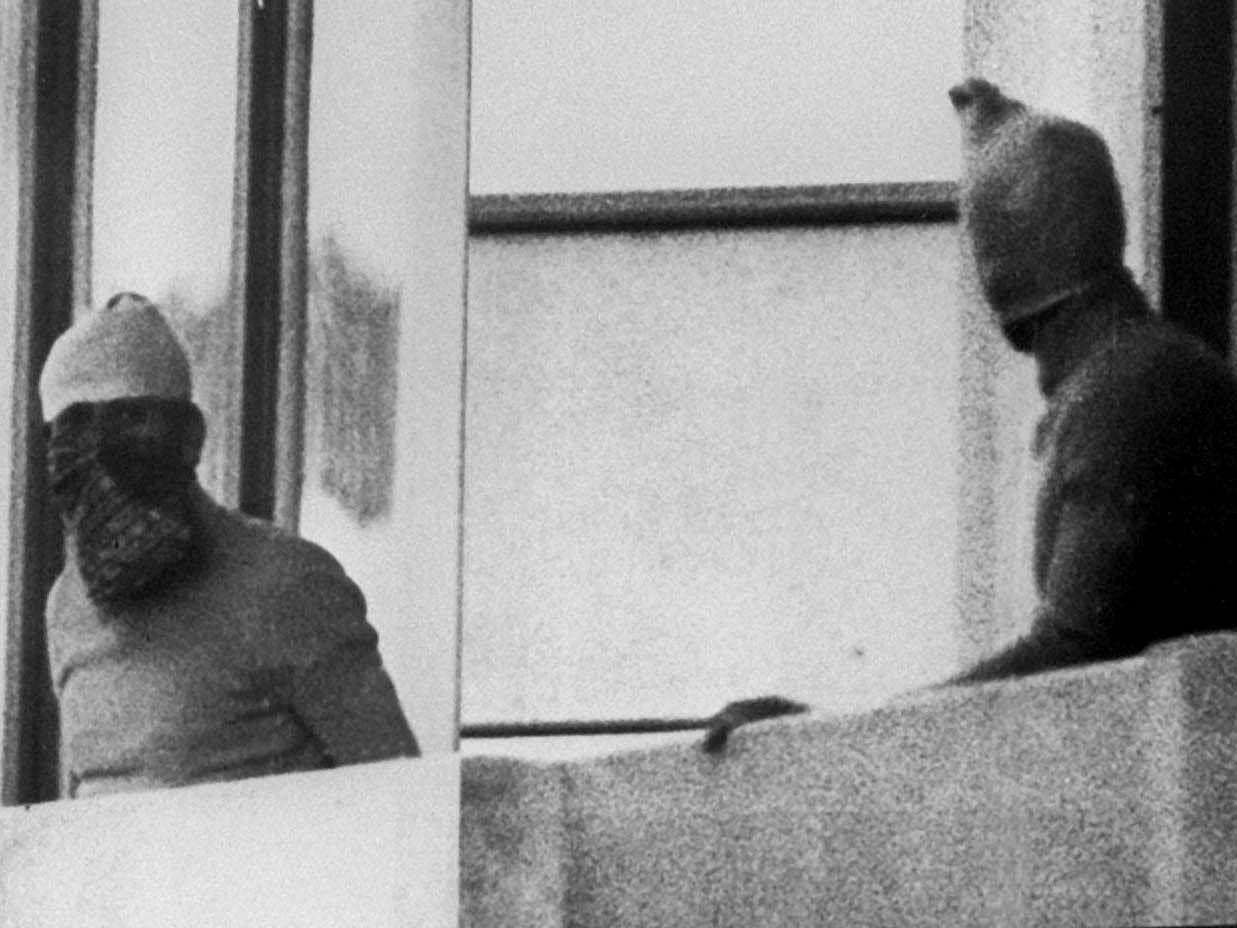 """Ein Archivbild vom 05.09.1972 zeigt den Überfall arabischer Terroristen der Gruppe """"Schwarzer September"""" auf das Olympische Dorf in München bei den Olympischen Sommerspielen. Im Bild: Zwei vermummte Terroristen auf dem Balkon des israelischen Quartiers."""