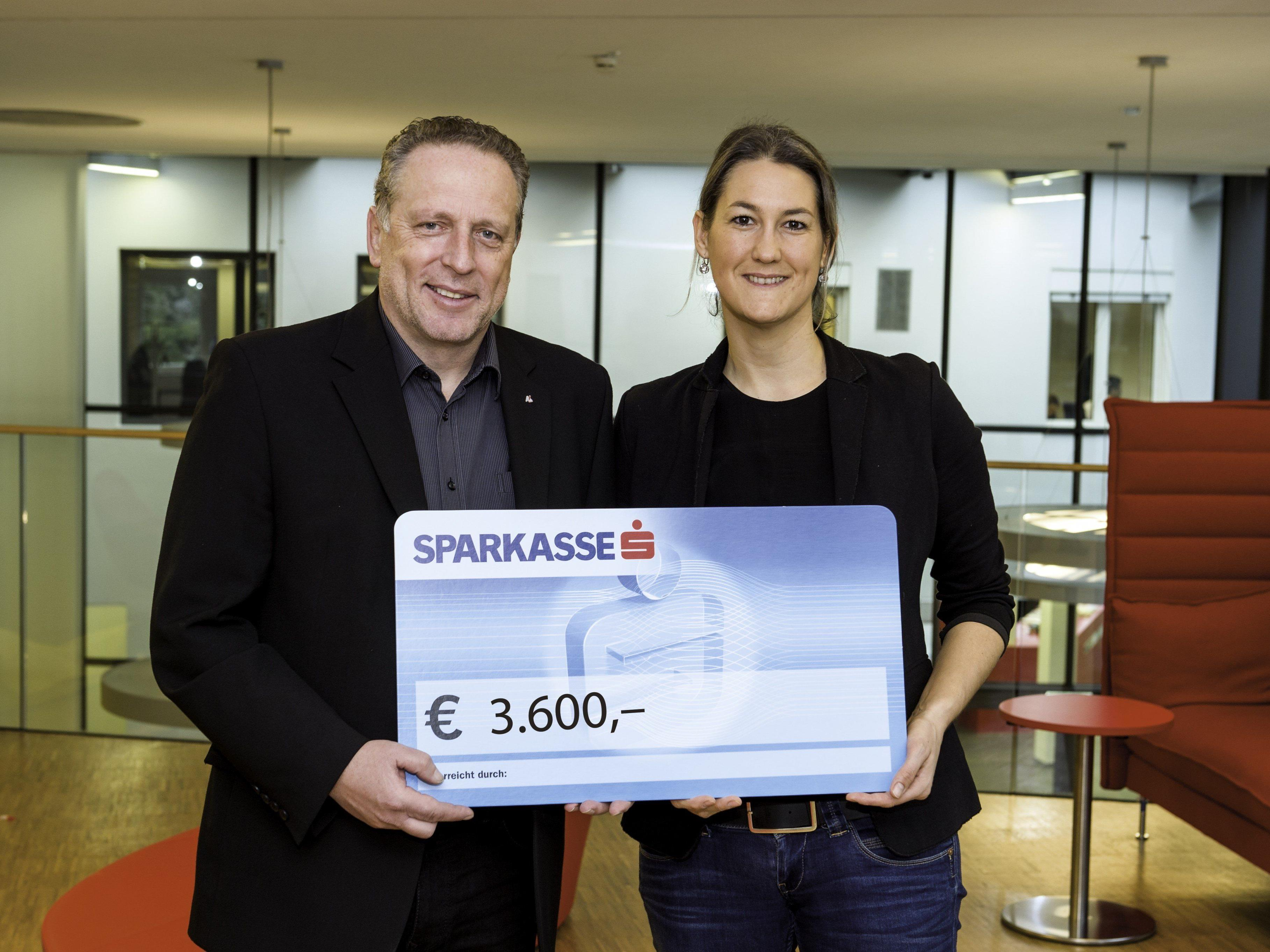 AK-Präsident Hubert Hämmerle konnte heuer 3600 Euro an Manuela Ortner übergeben.