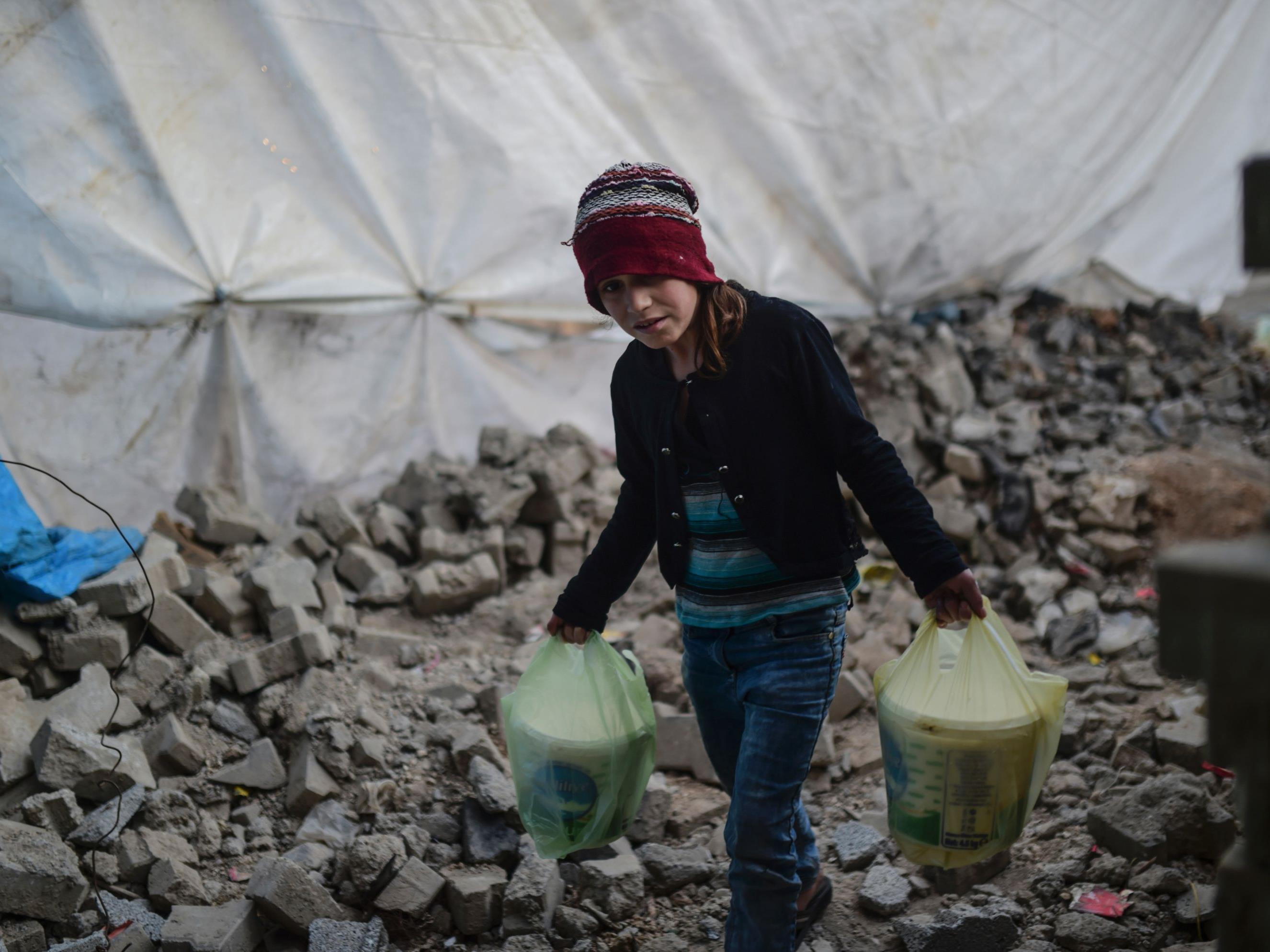 Ein Mädchen macht sich auf den Weg durch die Barrikaden um die Stadt Mardin im Südosten der Türkei.
