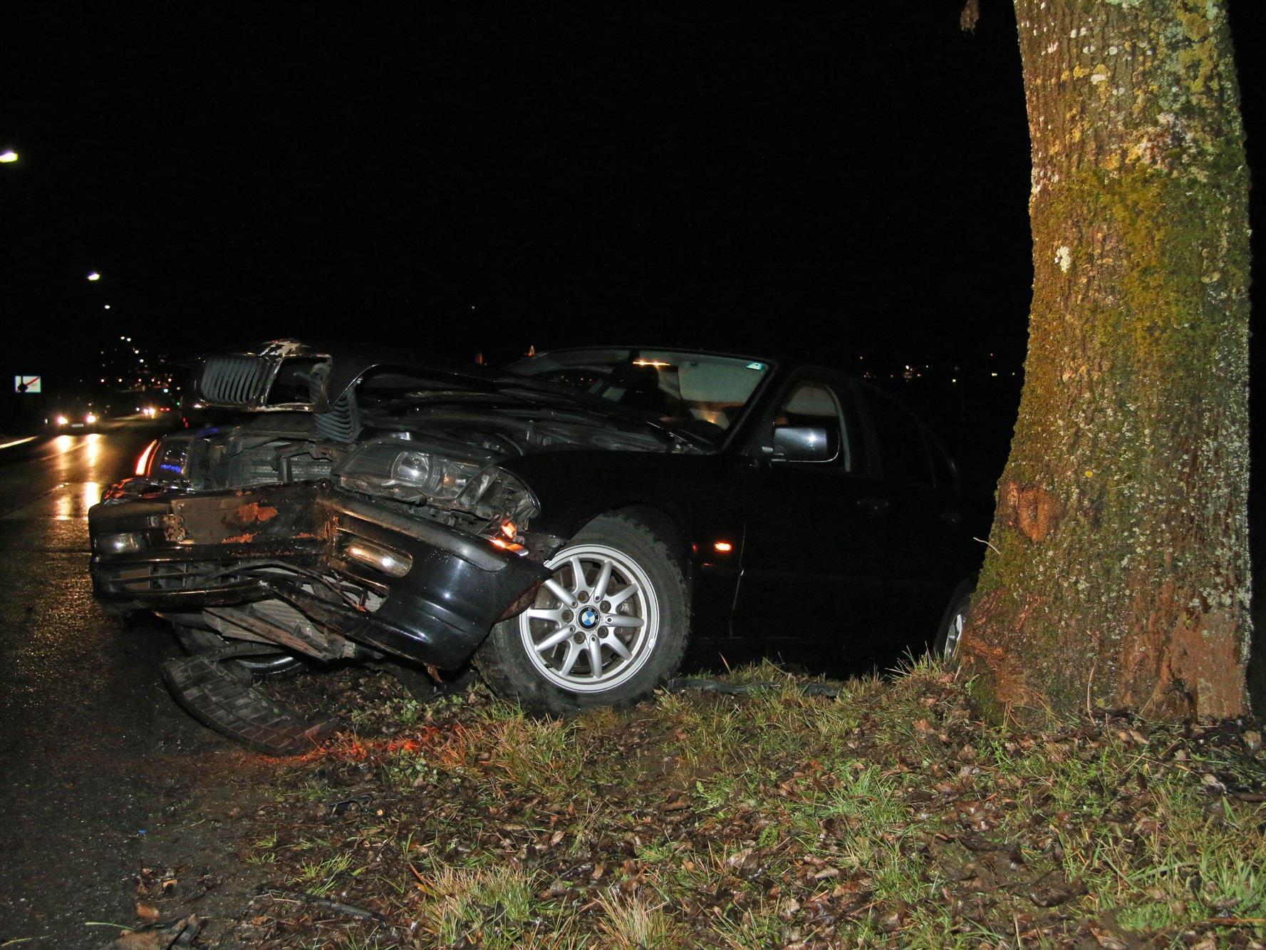 Auto nach Schleuderunfall in Lochau schwer beschädigt - die Insassen blieben unverletzt.