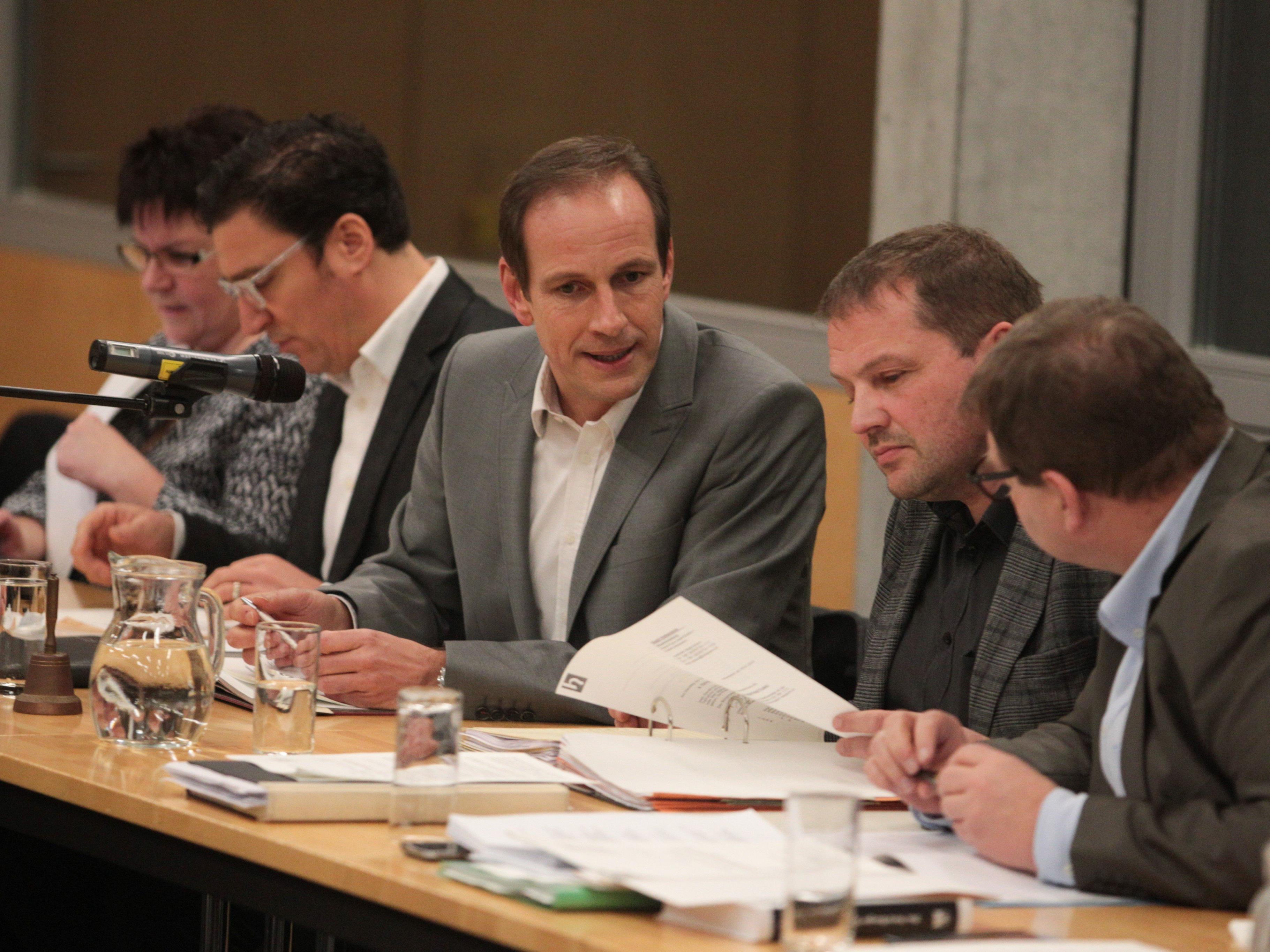 Bürgermeister Dieter Egger bei der Emser Stadtvertretungssitzung.
