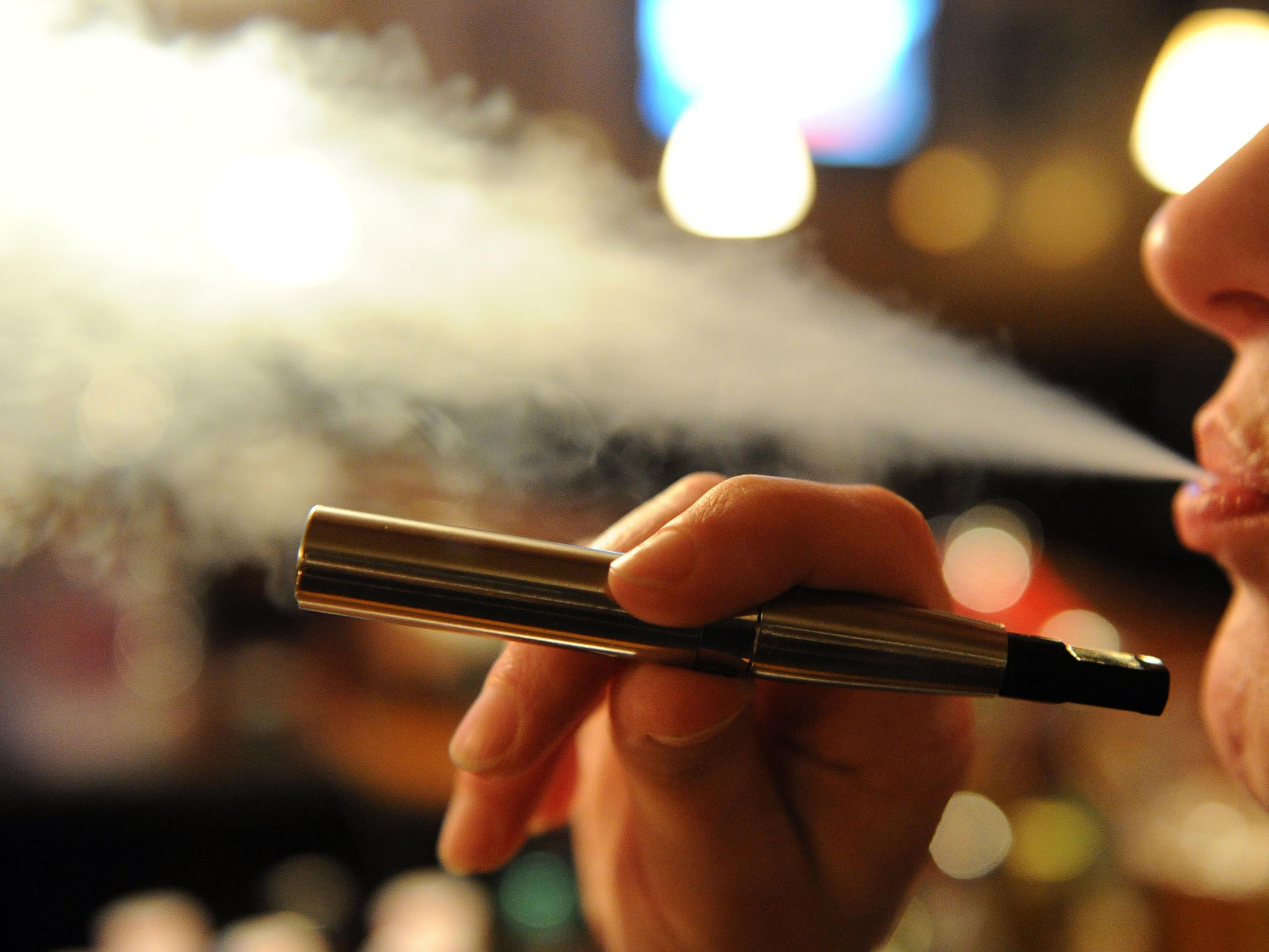 Ein Mann wurde von einer explodierenden E-Zigarette verletzt.
