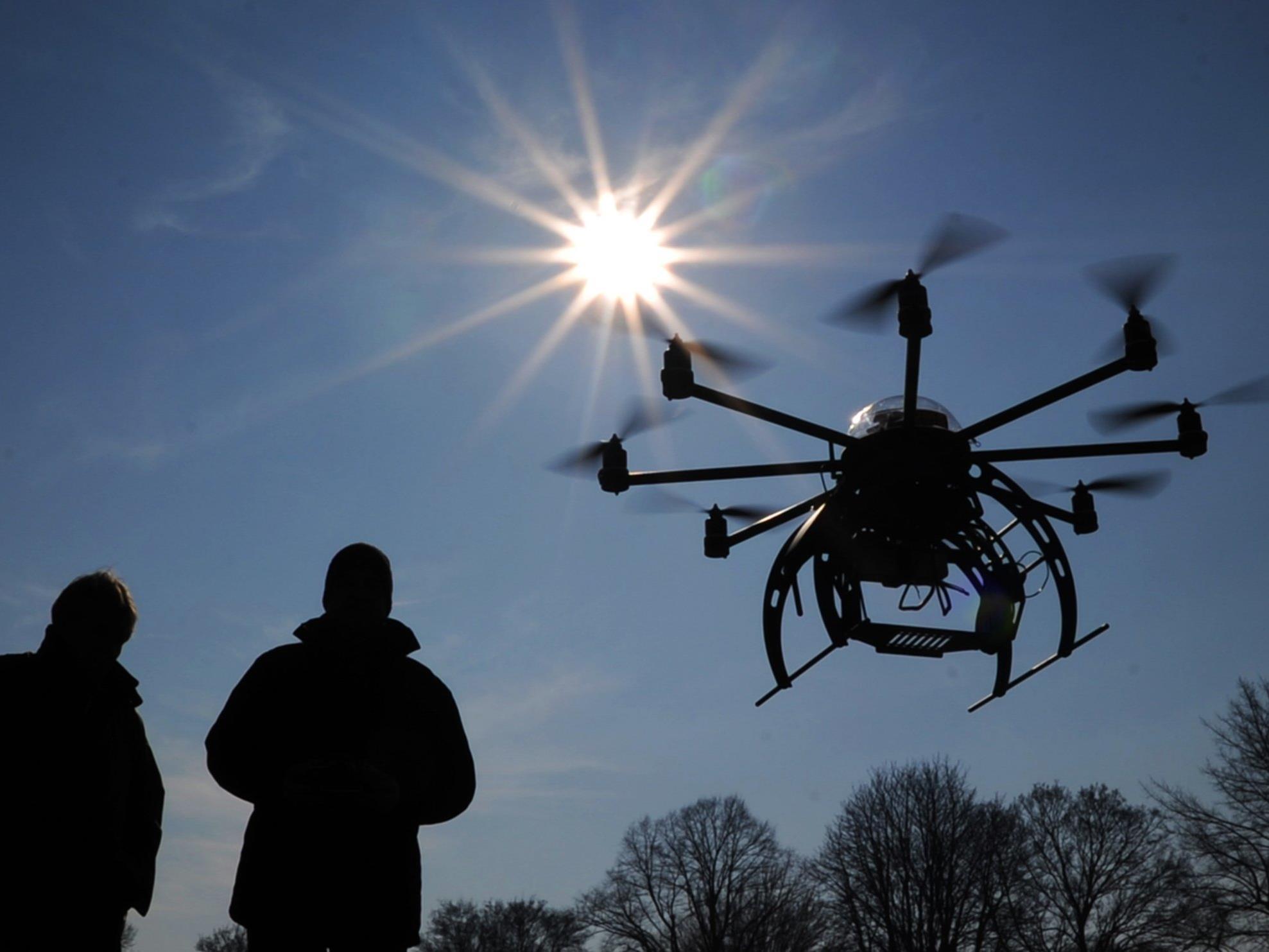 Zillertaler waren gerade beim Spazierengehen - Polizei versucht Inhaber der Drohne ausfindig zu machen.