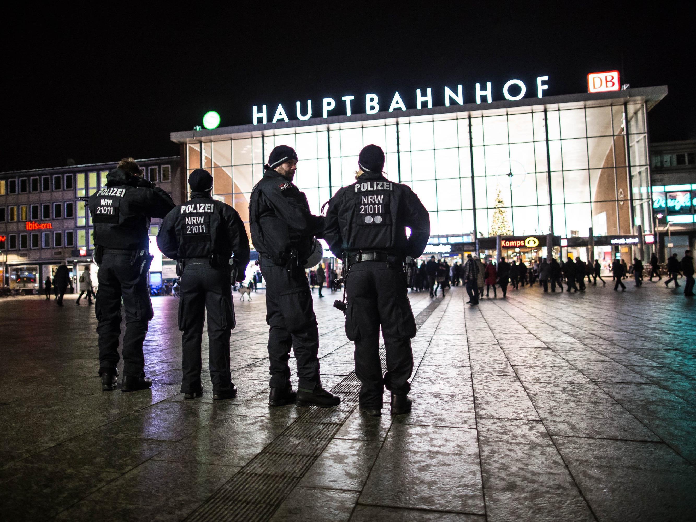 Opfer verfolgt und getreten - Bundesregierung empört über Gewalt.