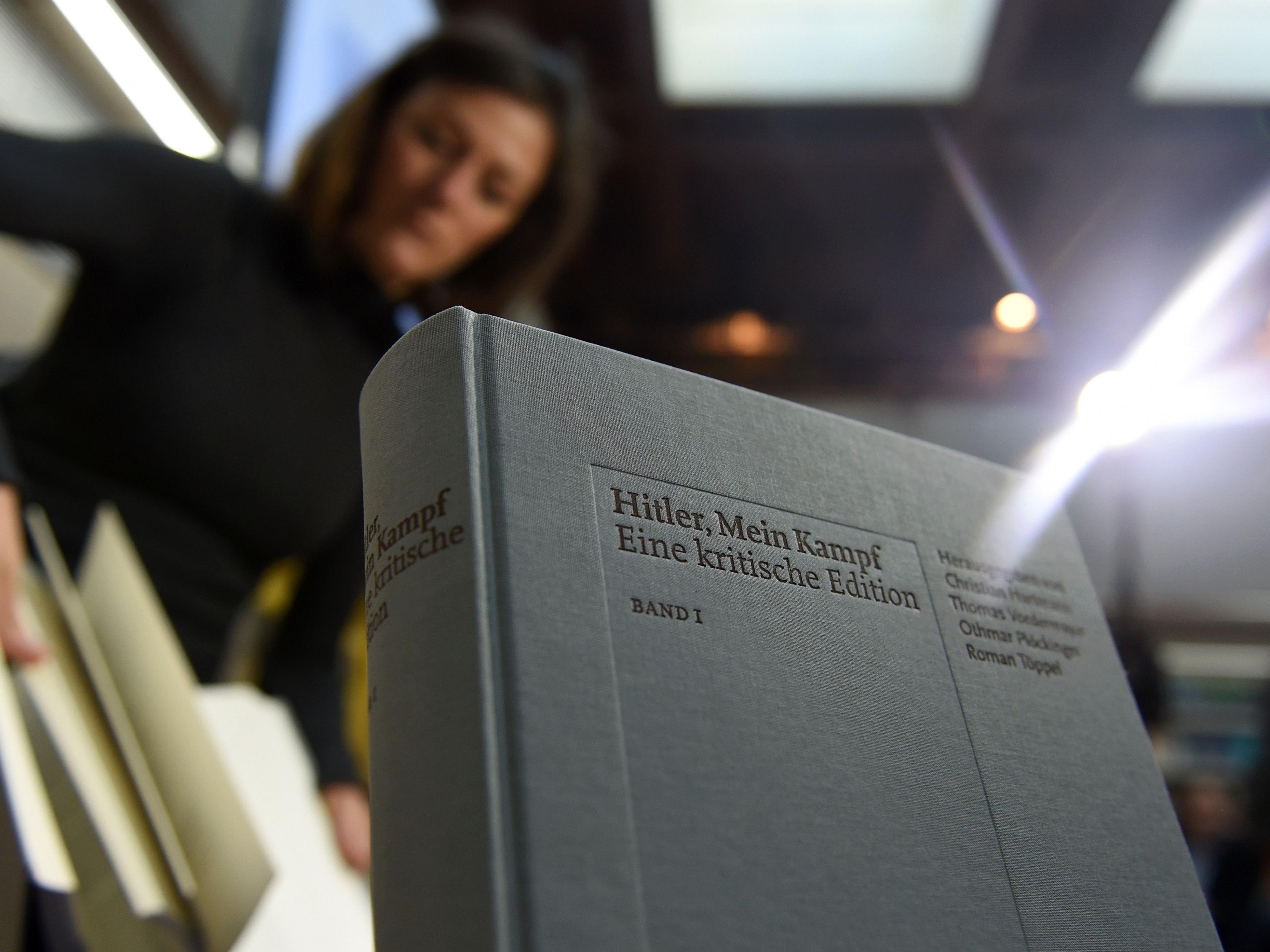 """Historiker stellten die Neuauflage von """"Mein Kampf"""" vor."""