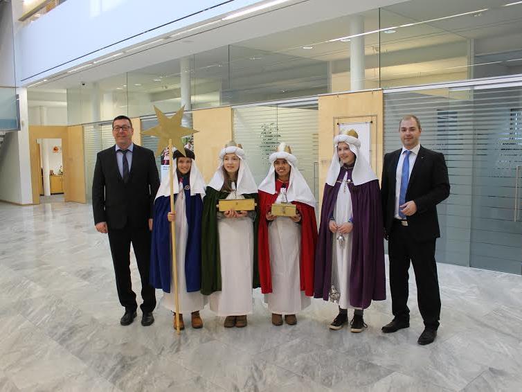 Vorstandsdirektor Daniel Mierer sowie Filialleiter Gerhard Lais und sein Team freuten sich über den Besuch der Sternsinger.