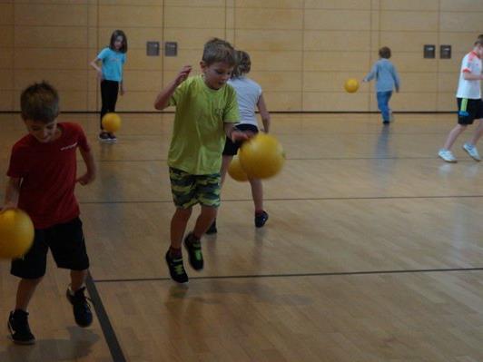 Die Kinder der VS Hofen bei der Ballschule.