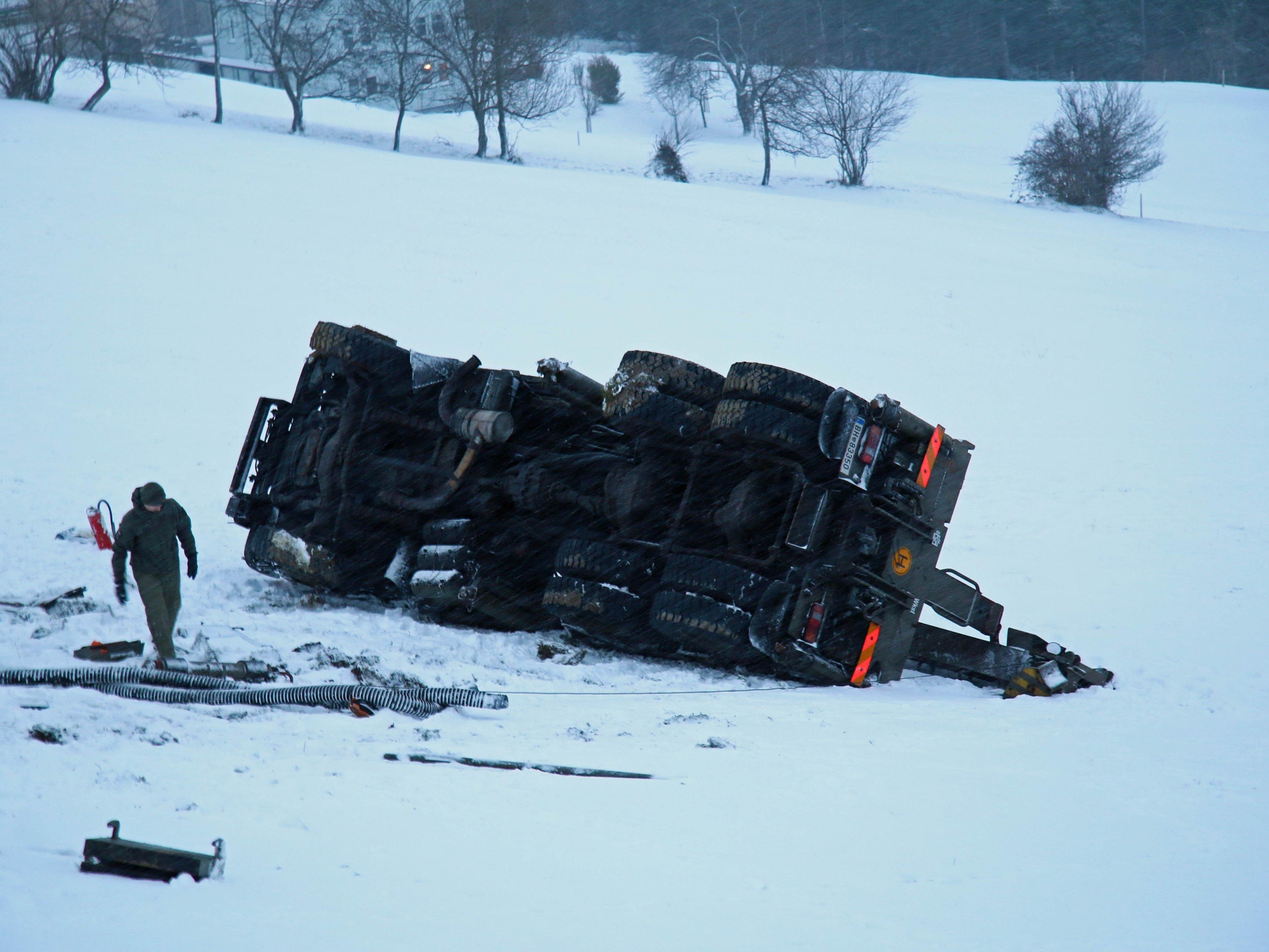 DerBundesheer-Lkw stürzte 20 Meter ab.