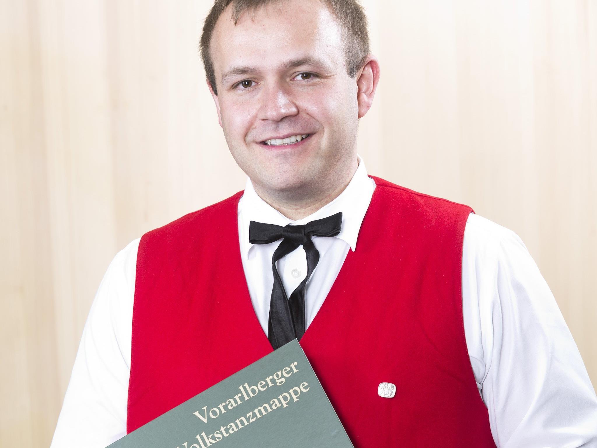 Christian Bitschnau wurde für die Erstellung der neuen Vorarlberg Volkstanzmappe von Landeshauptmann Wallner geehrt.