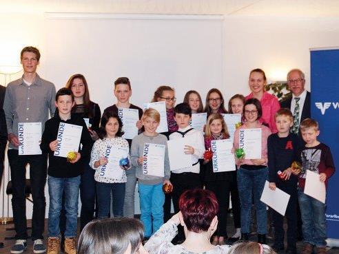 Die Preisträgerinnen und Preisträger der Musikschule Rankweil-Vorderland im Rahmen der Verleihung des Förderpreises der Volksbank Vorarlberg.