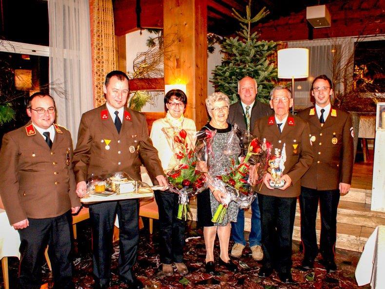 Peter Schapler (2.v.l) wurden für 40 Jahre und Rudolf Sagmeister (2.v.r.) für unglaubliche 55 Jahre Dienst am Nächsten geehrt.