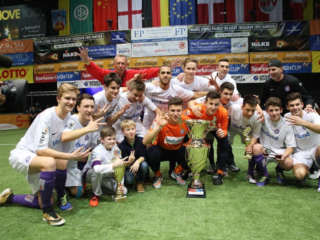 Die Jungaustrianer präsentieren den Pokal.
