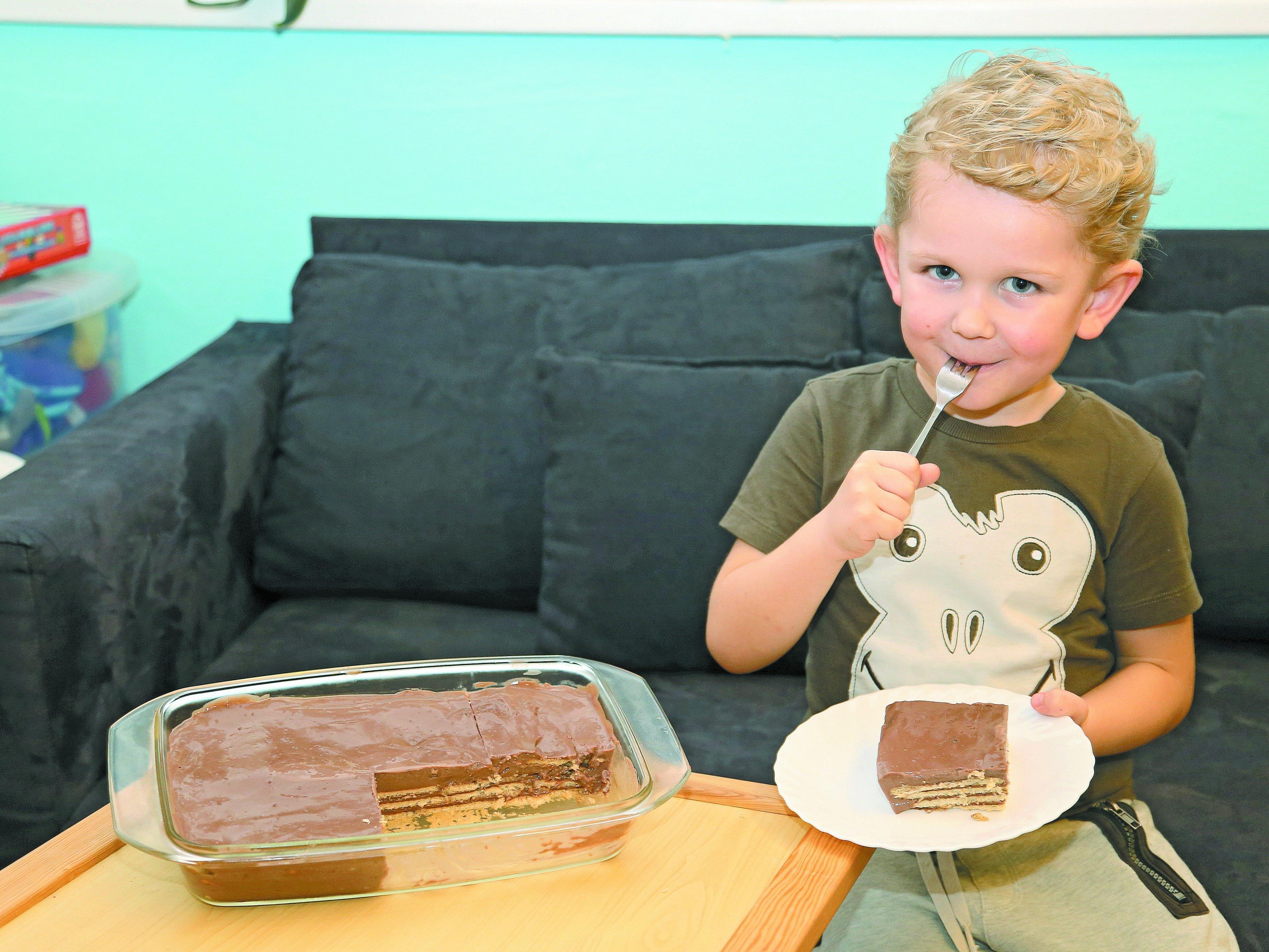 Der Lohn für die Arbeit: Jason Durell lässt sich den Kuchen schmecken.