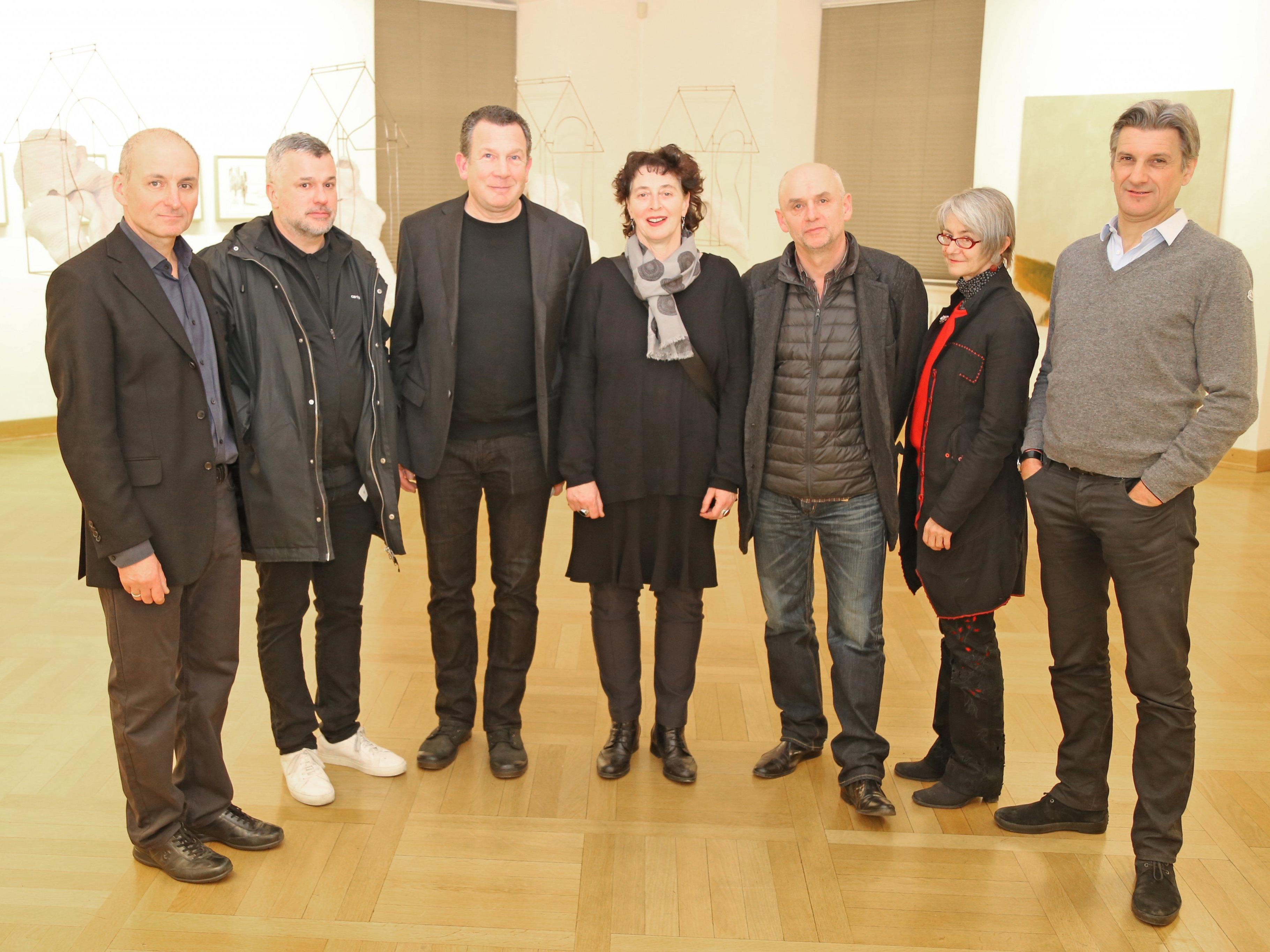 Die Künstler mit den Kuratoren und Vernissage-Rednern.