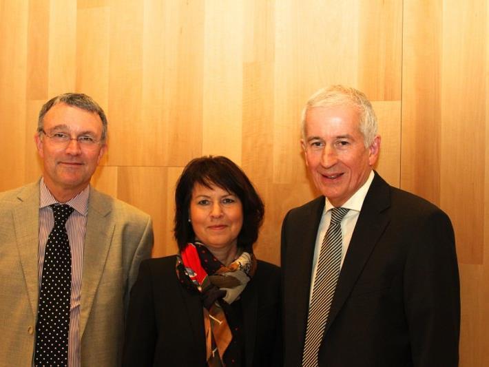 Nahmen sich brandaktueller Themen an: Nahostexperte Dr. Michael Lüders (links) und Feldkirchs Bürgermeister Wilfried Berchtold.