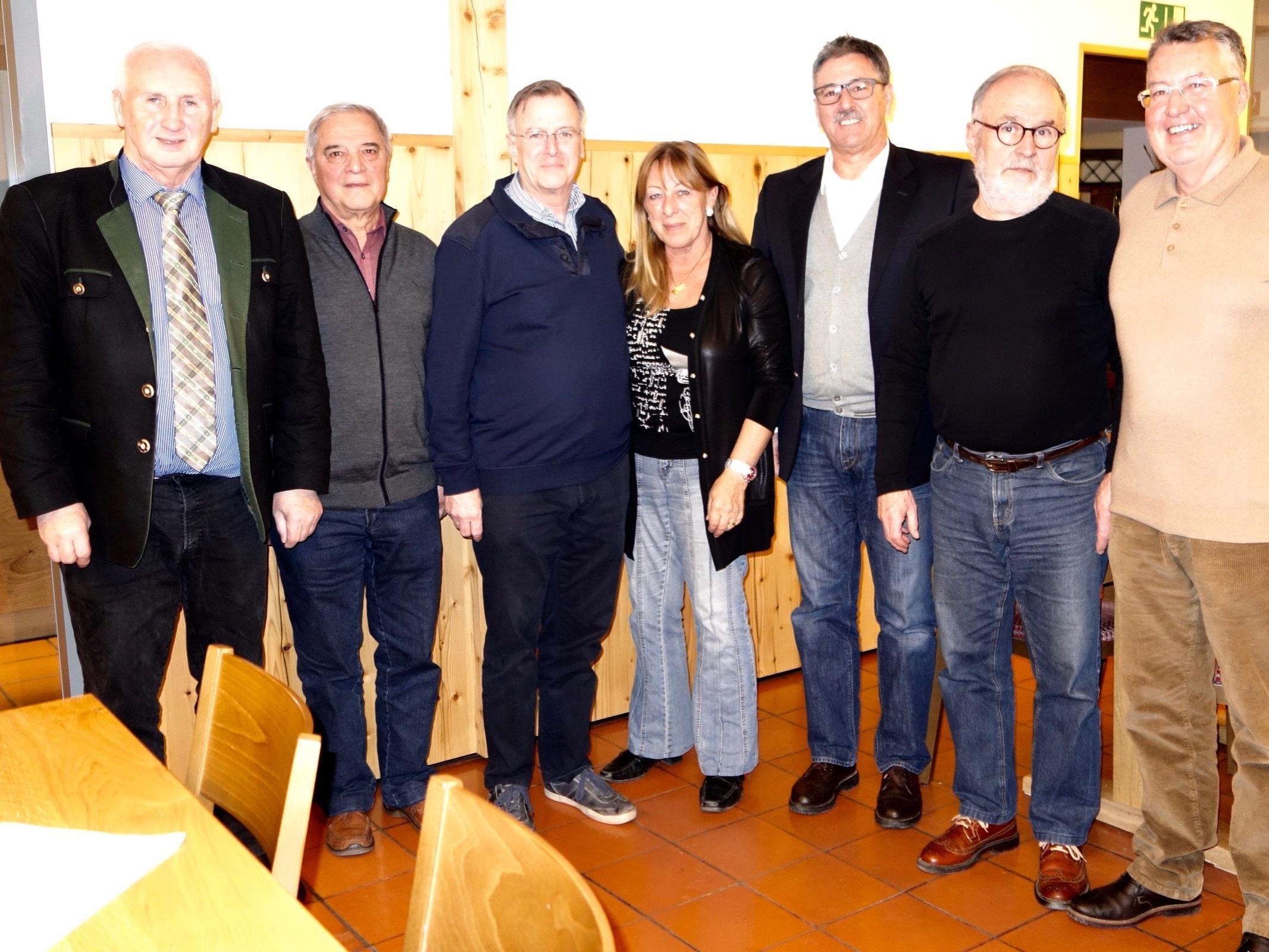 OV Dieter Preschle mit dem Vorstand des FCF, Vizeobmann Helmut Lercher, Obmann Helmut Müller, Brigitte Dobler, STR Wolfgang Matt, Christoph Walch und Helmut Köck.