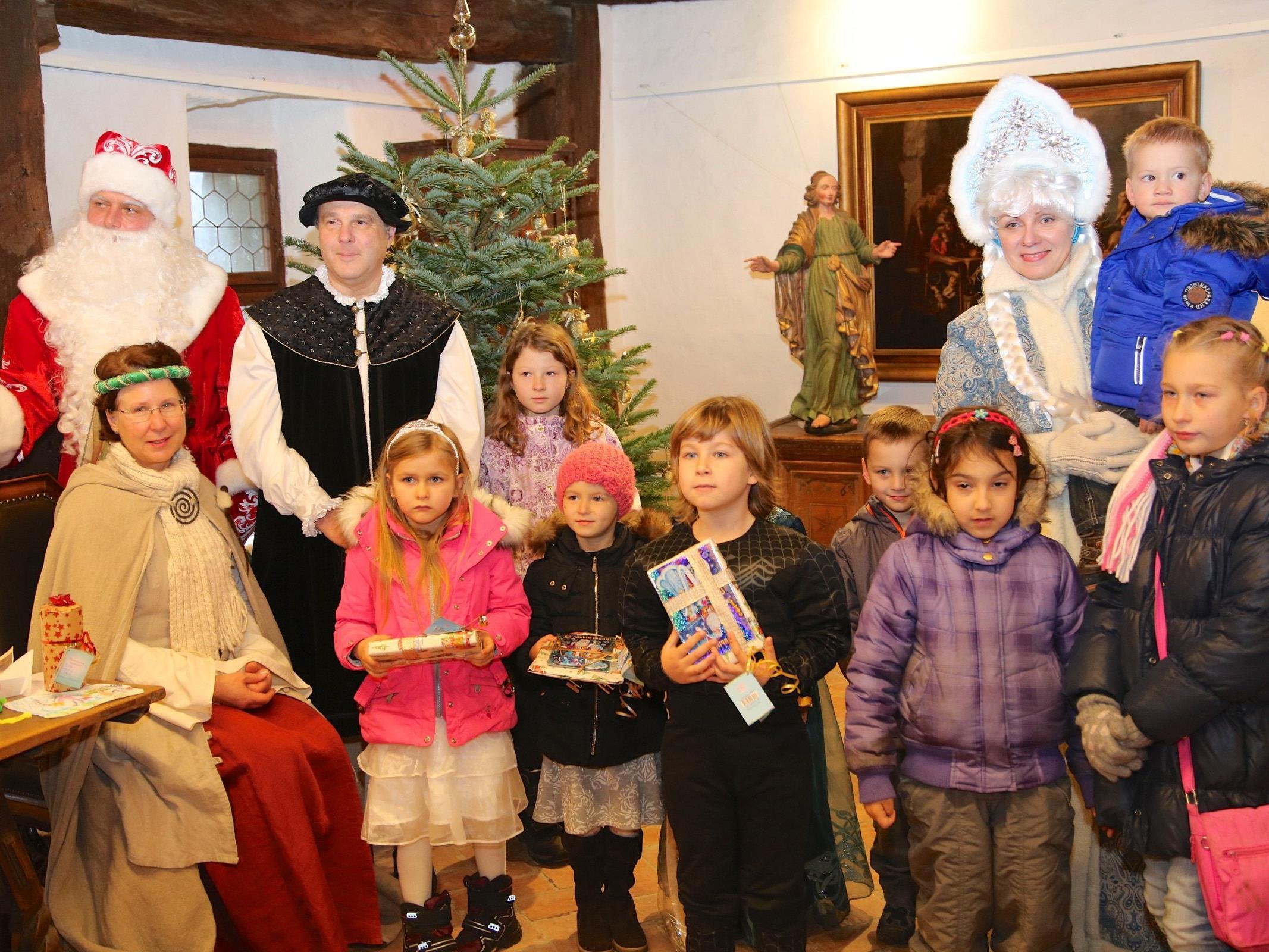 """Russische Kinder mit """"Väterchen Frost"""" (Ded Marós) seiner Enkelin """"Schneeflöckchen"""" (Sniguratschka) und dem Montforter Grafenpaar zu Besuch auf der Schattenburg."""