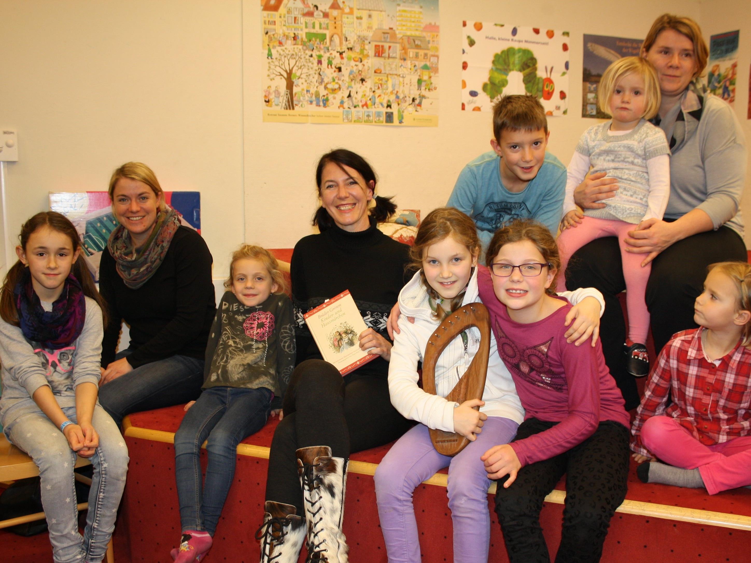"""Stimmungsvolle """"Märchenzeit"""" mit Steffi Scheil und ihrer Tochter Gloria in der Bücherei-Spielothek im Lochauer Schulzentrum."""
